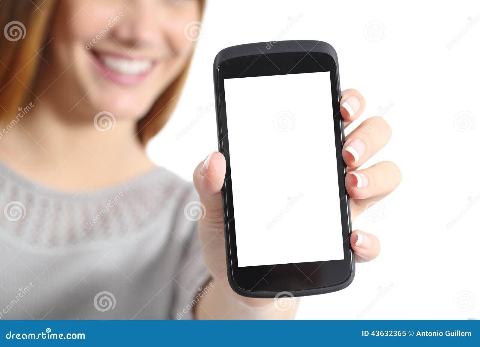 Ciérrese para arriba de una mujer divertida que sostiene una pantalla elegante en blanco del teléfono