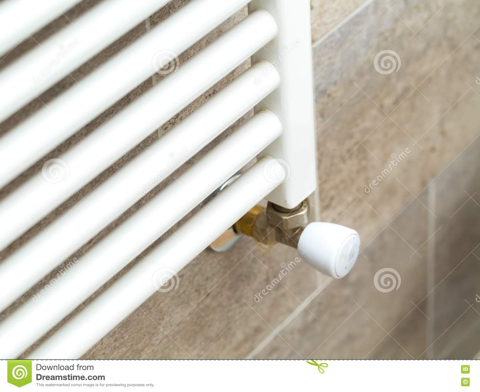Calentadores Para Cuartos De Bano.Cierrese Para Arriba Del Calentador Blanco Del Cuarto De