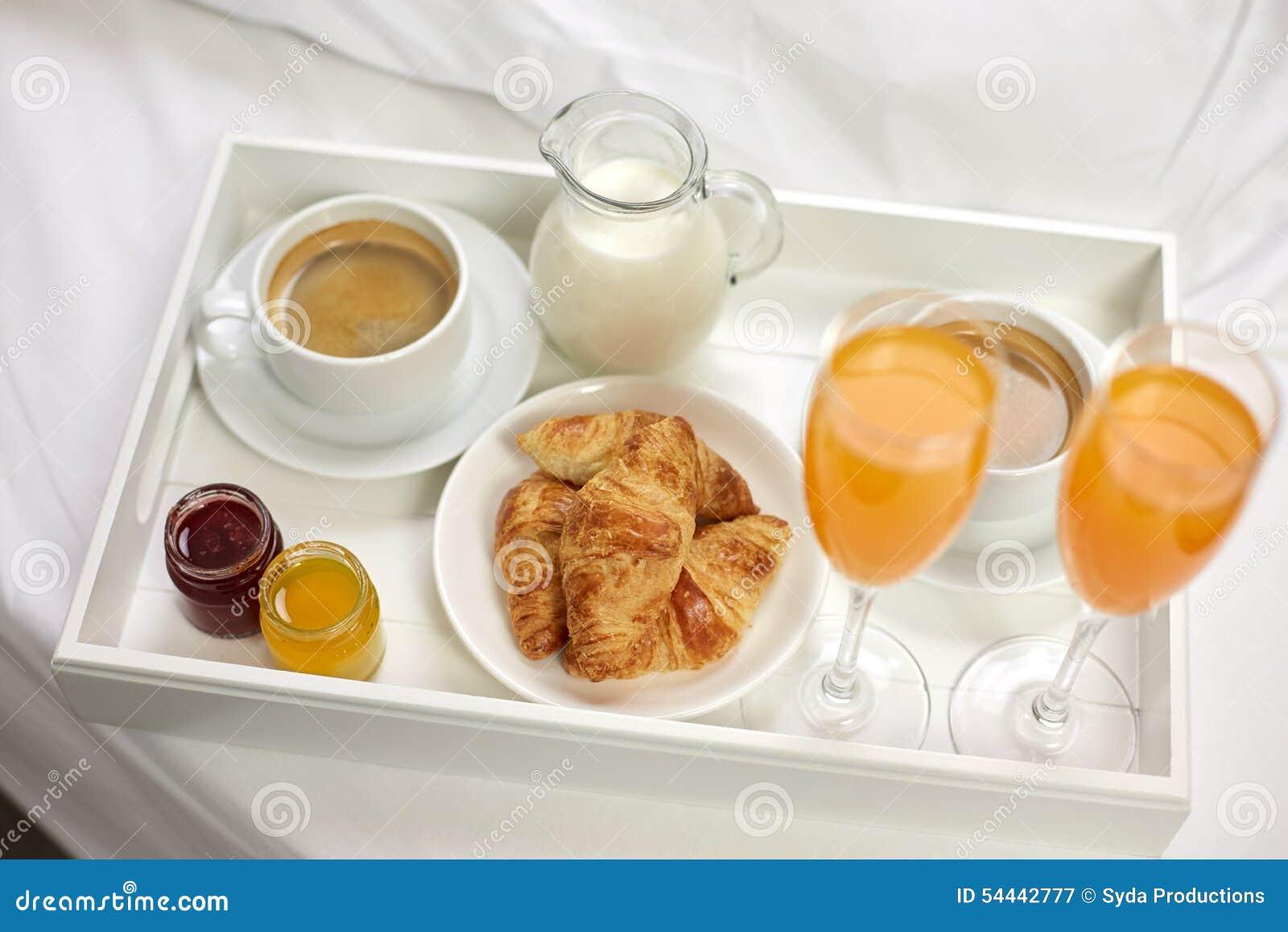 Ci rrese para arriba del desayuno en la bandeja en cama foto de archivo imagen 54442777 - Bandeja desayuno cama ...
