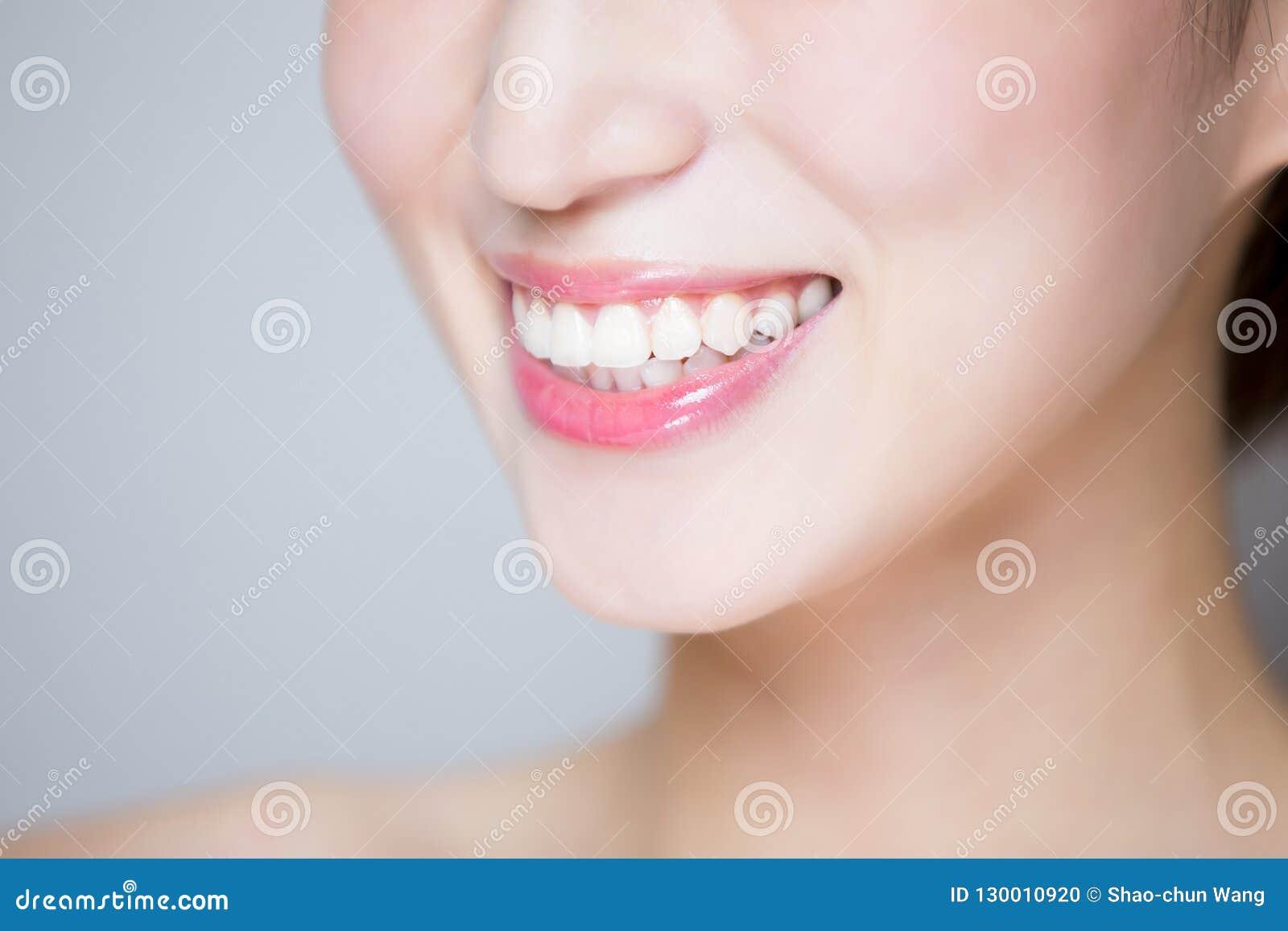 Ciérrese para arriba del diente de la mujer