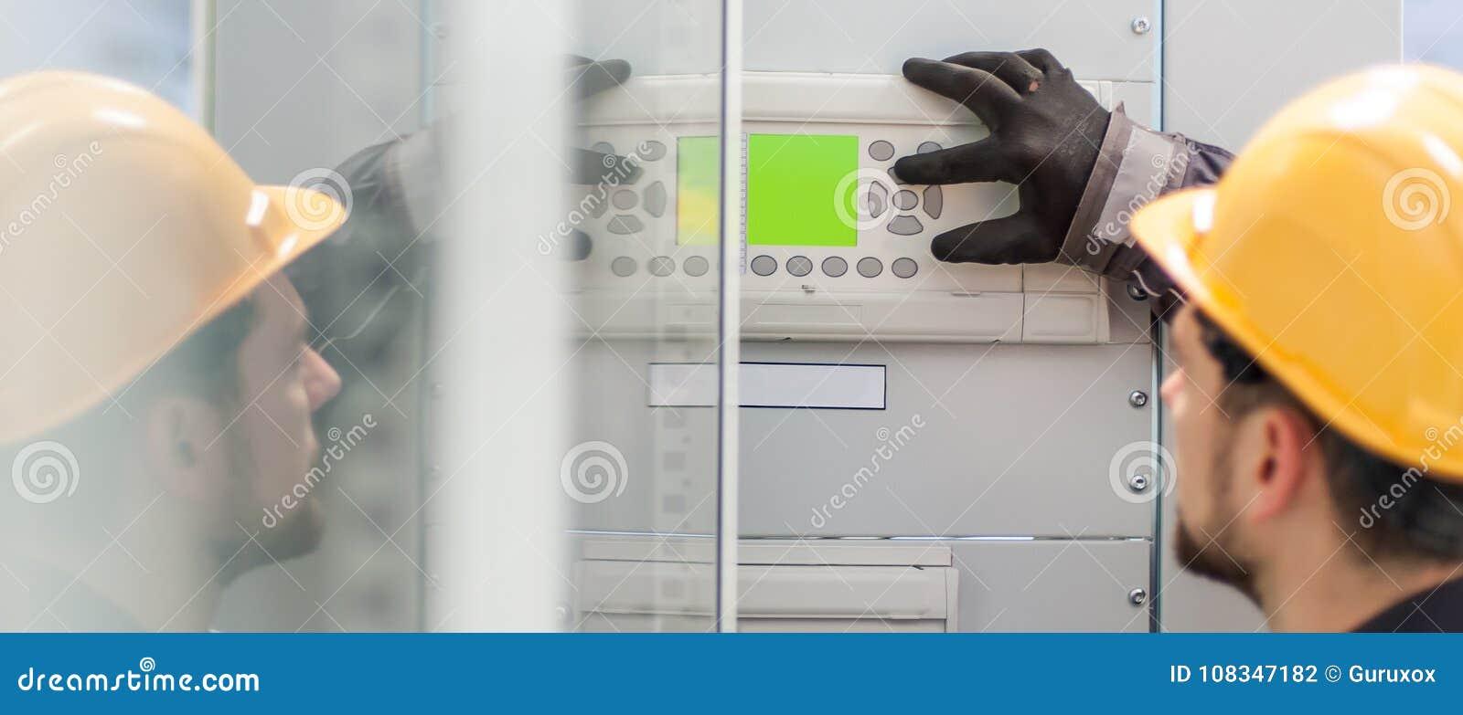 Ciérrese para arriba del dispositivo de distribución del voltaje de la prueba del ingeniero del mantenimiento
