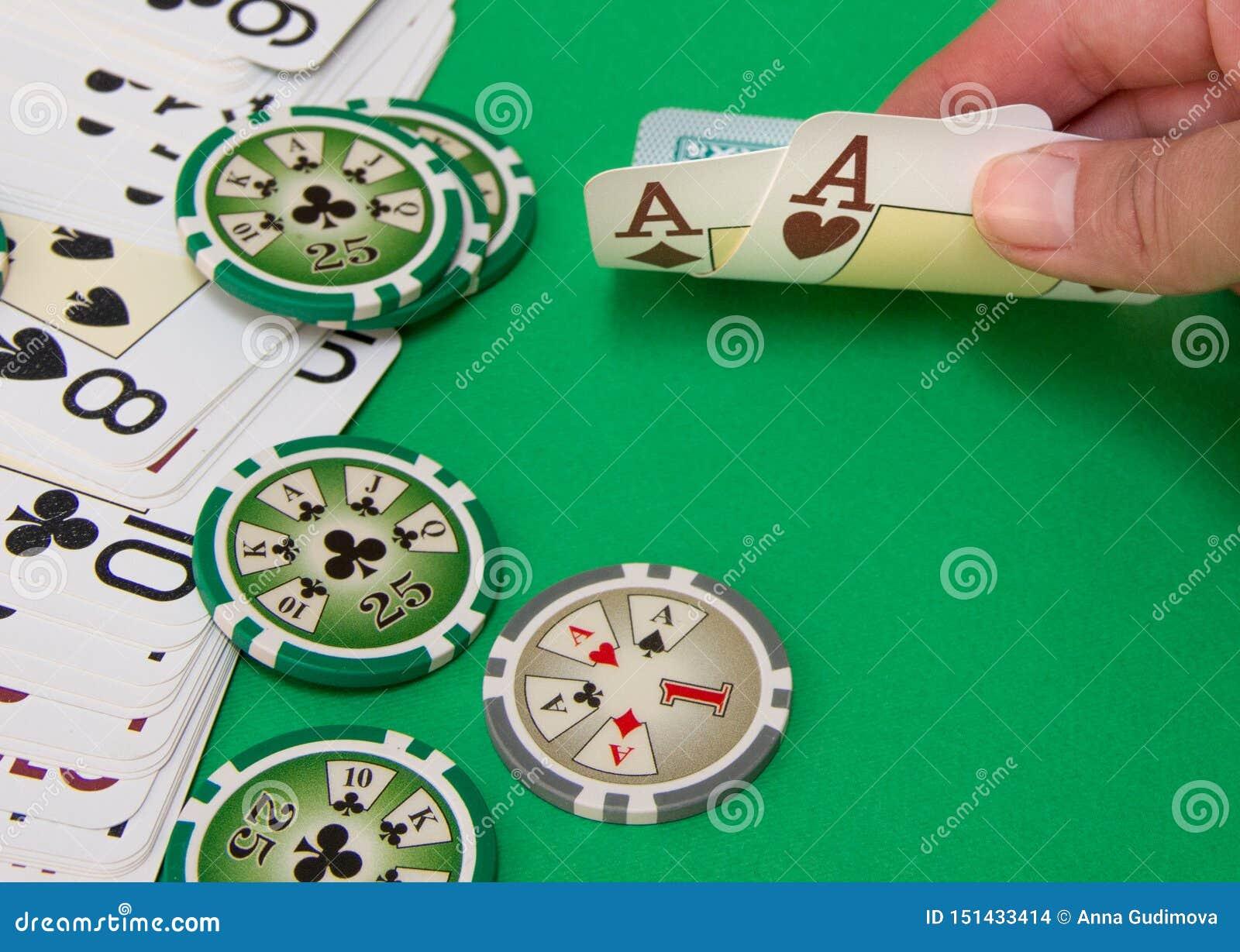 Ciérrese para arriba del jugador de póker que levanta las esquinas de dos tarjetas