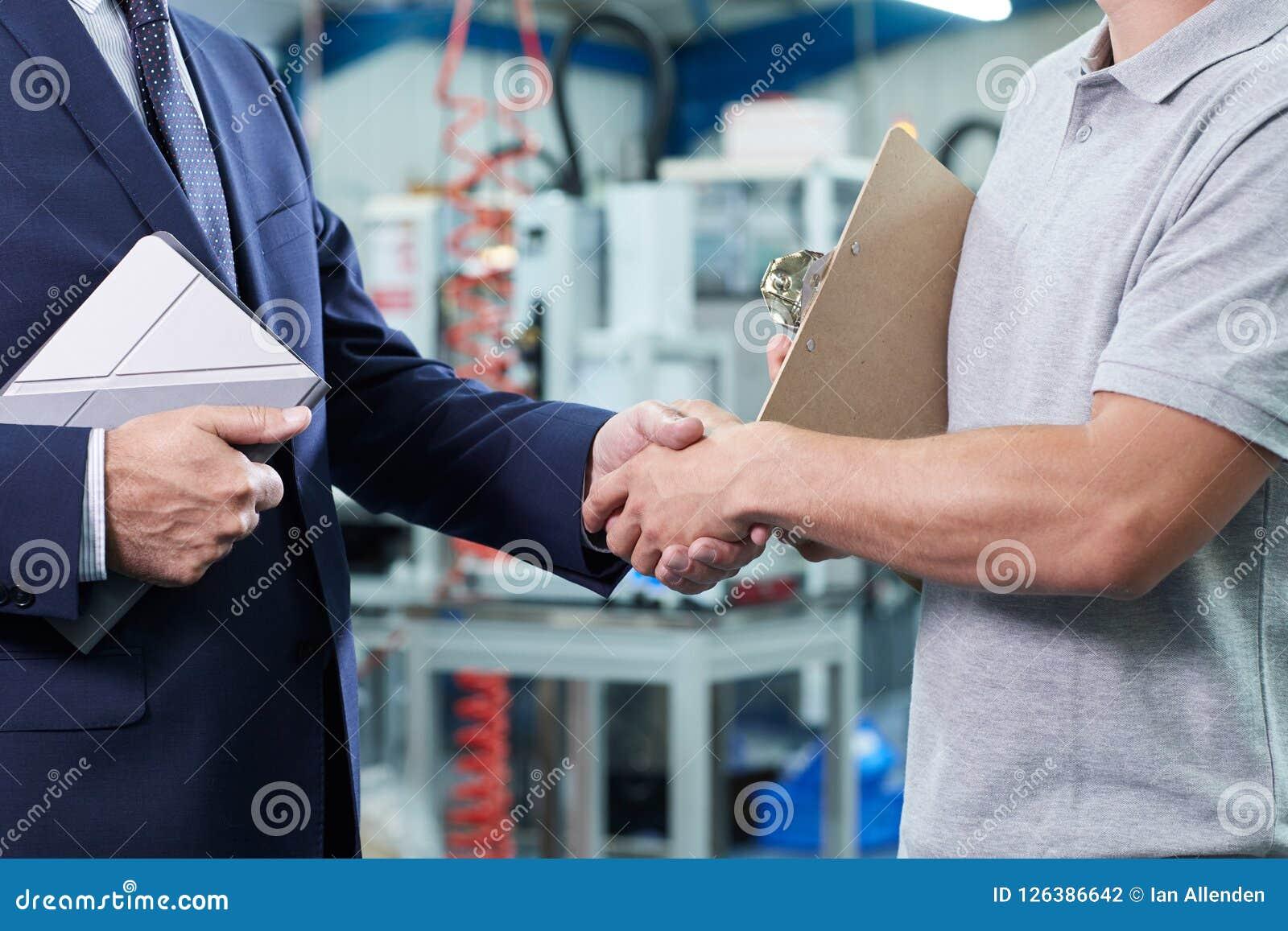 Ciérrese para arriba del propietario de negocio With Digital Tablet en la fábrica Shakin
