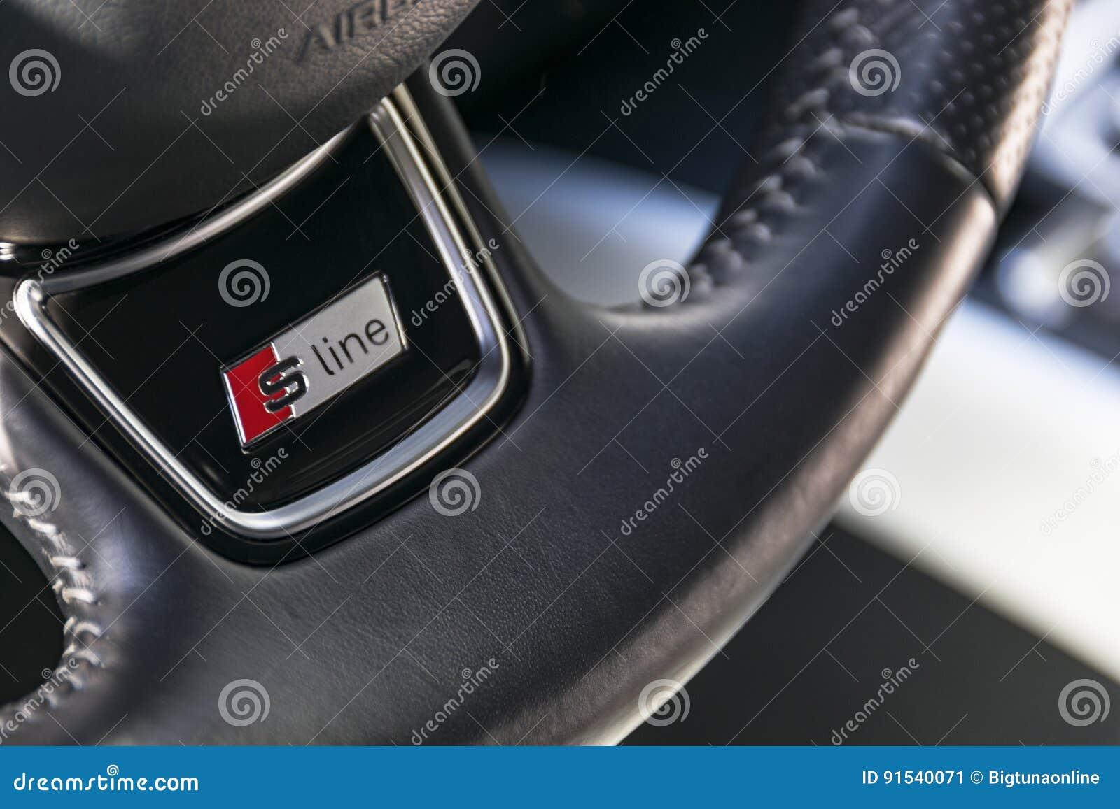 Ciérrese para arriba del volante, detalles modernos del interior del coche