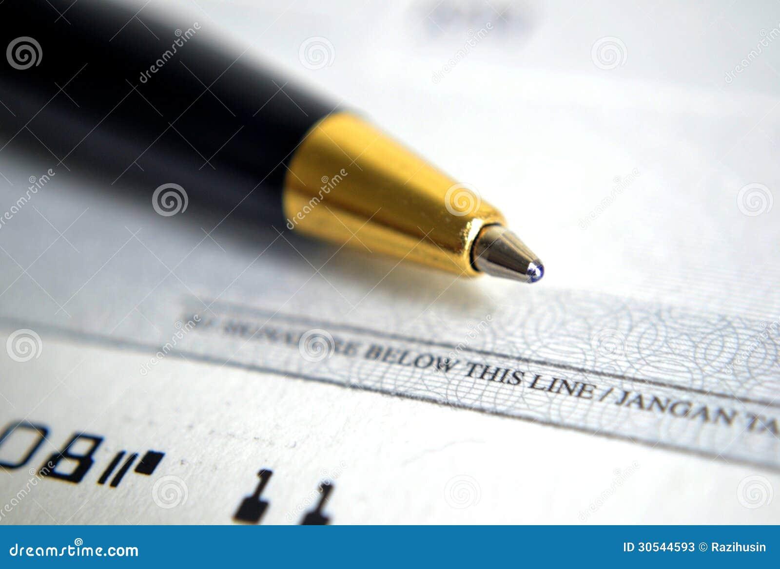 Ciérrese para arriba en el cheque con una pluma