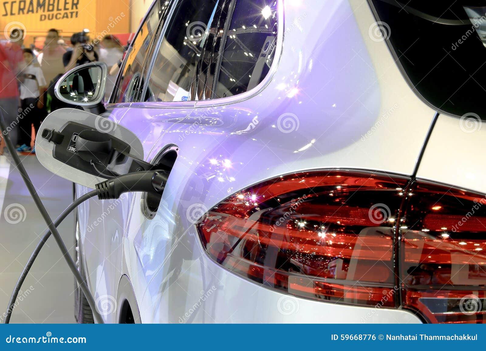 Ciérrese para arriba mientras que combustible hasta el coche