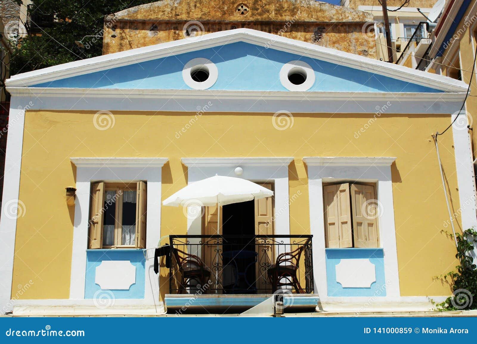 Ciérrese para arriba sobre el detalle arquitectónico en la ciudad famosa por casas coloridas