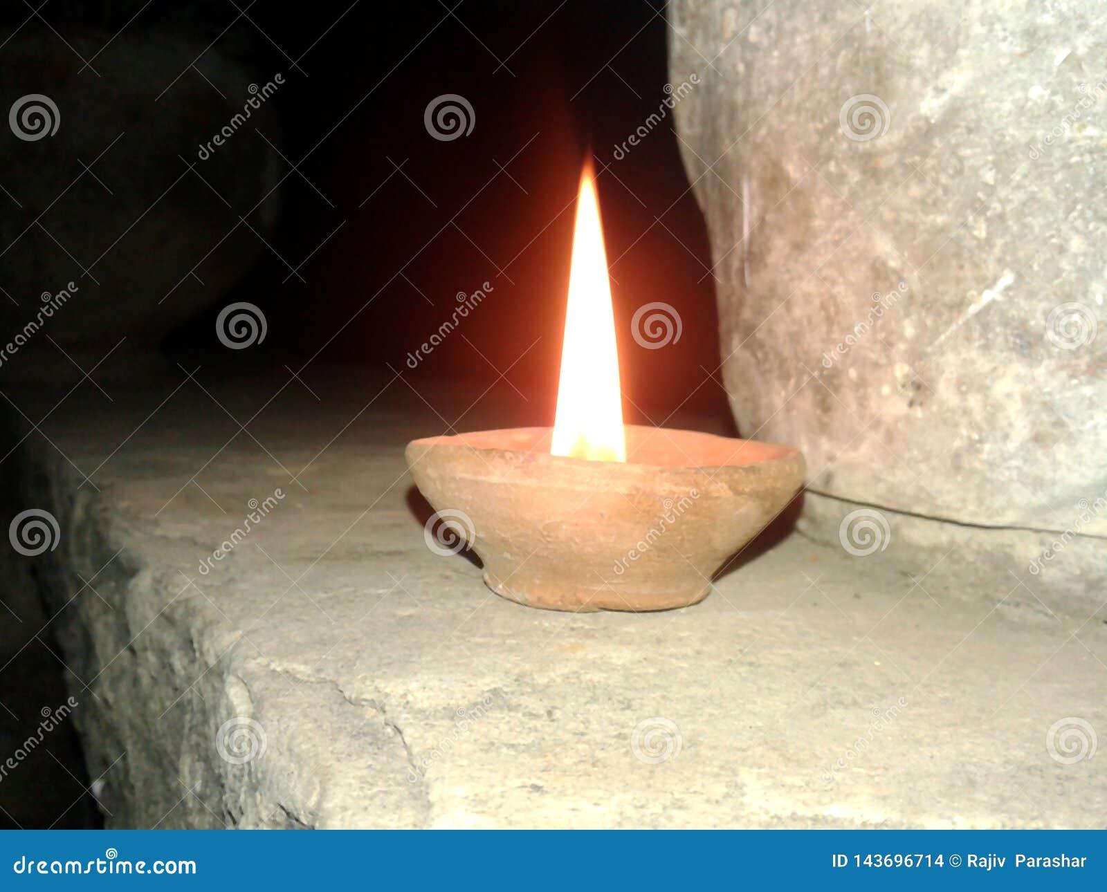 Ciò è l immagine di una lampada che sta dando una luce gialla nella notte