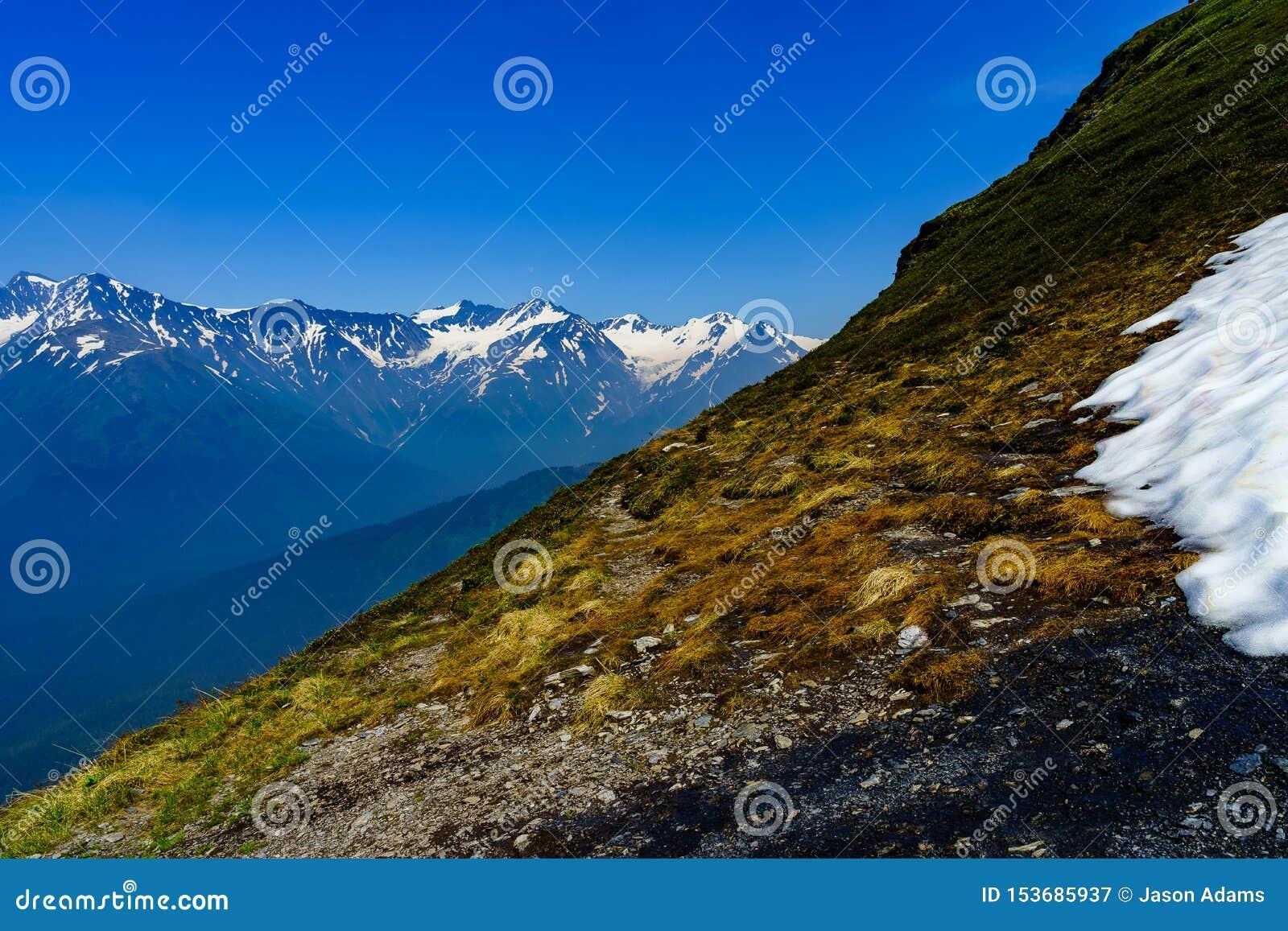 Ciąć przez Alyeska gór w Czerwcu