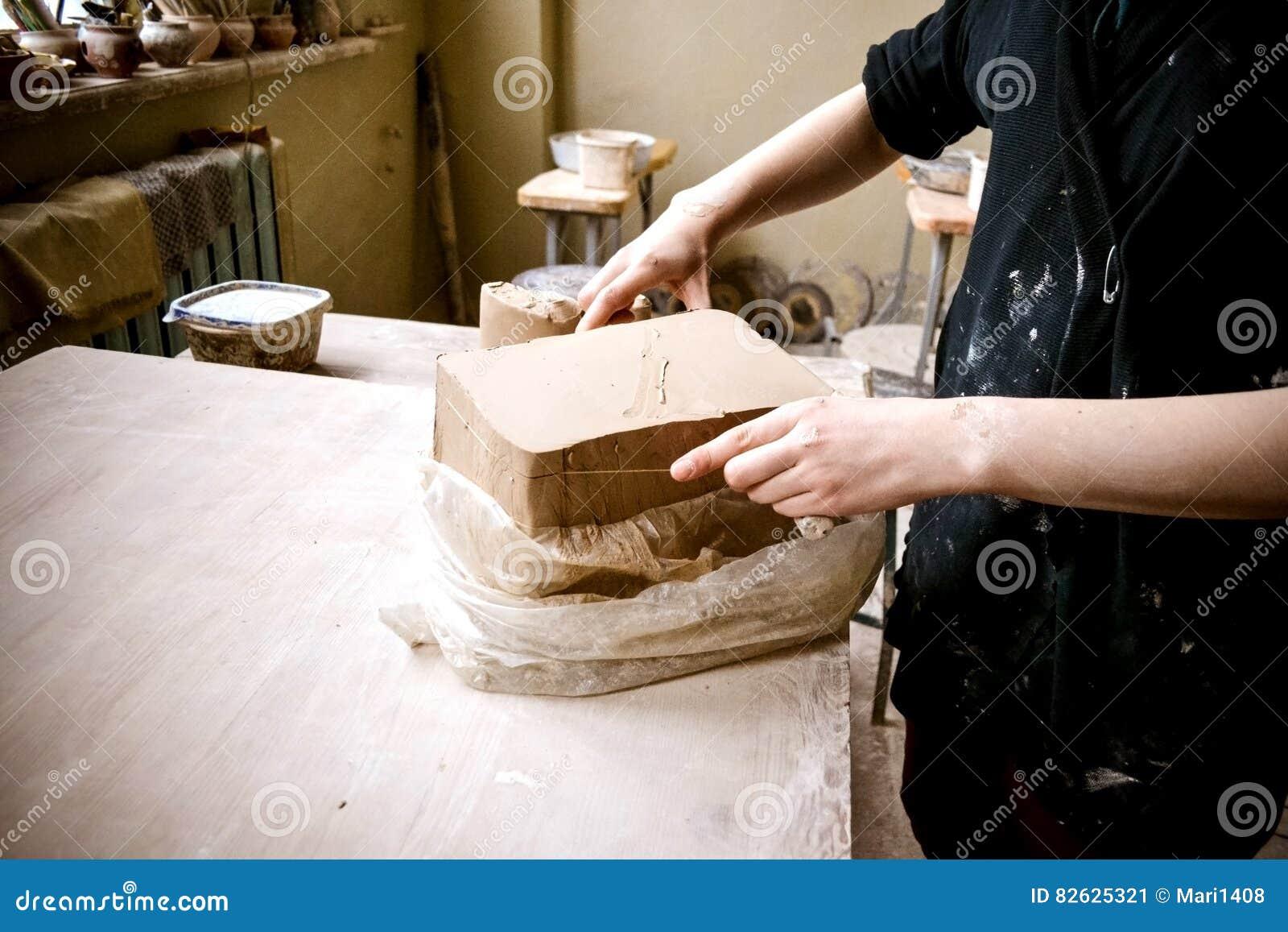 Ciąć warstwy gliniani kawałki dla sculpting w garncarki ` s warsztacie