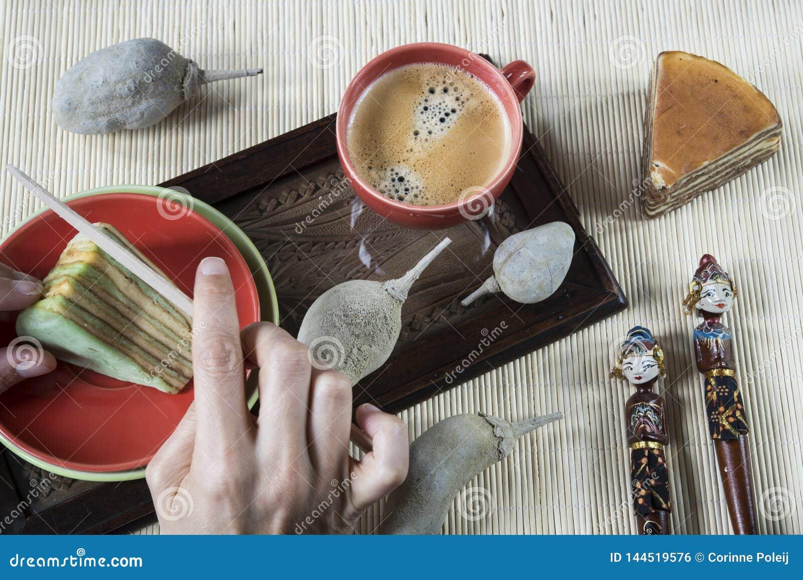 Ciący ablegrującego tort dzwonił lapisu spekkoek z bambusową pieluchą i indonezyjczyk pamiątką lub legit,