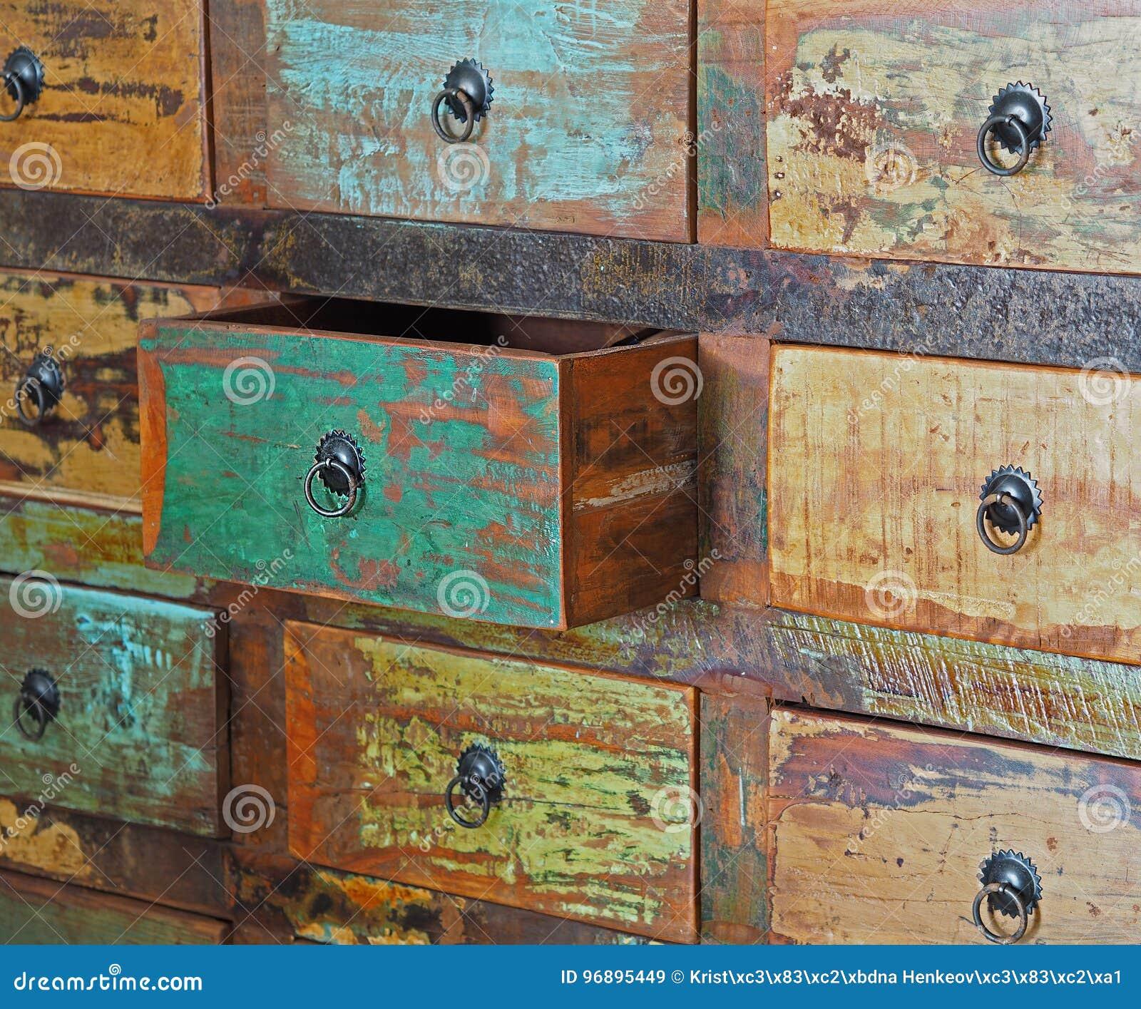 Ciągnący kreślarz na starym drewnianym kolorowym dresser