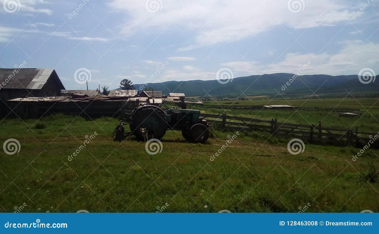 Ciągnik na krawędzi wioski