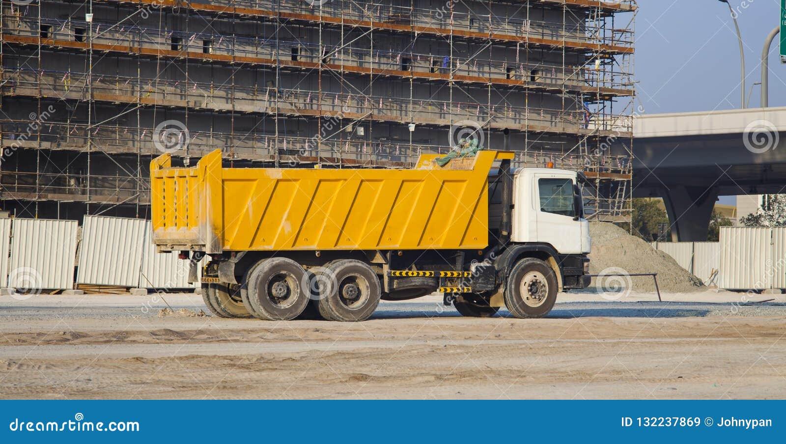 Ciężarówka i budować w budowie
