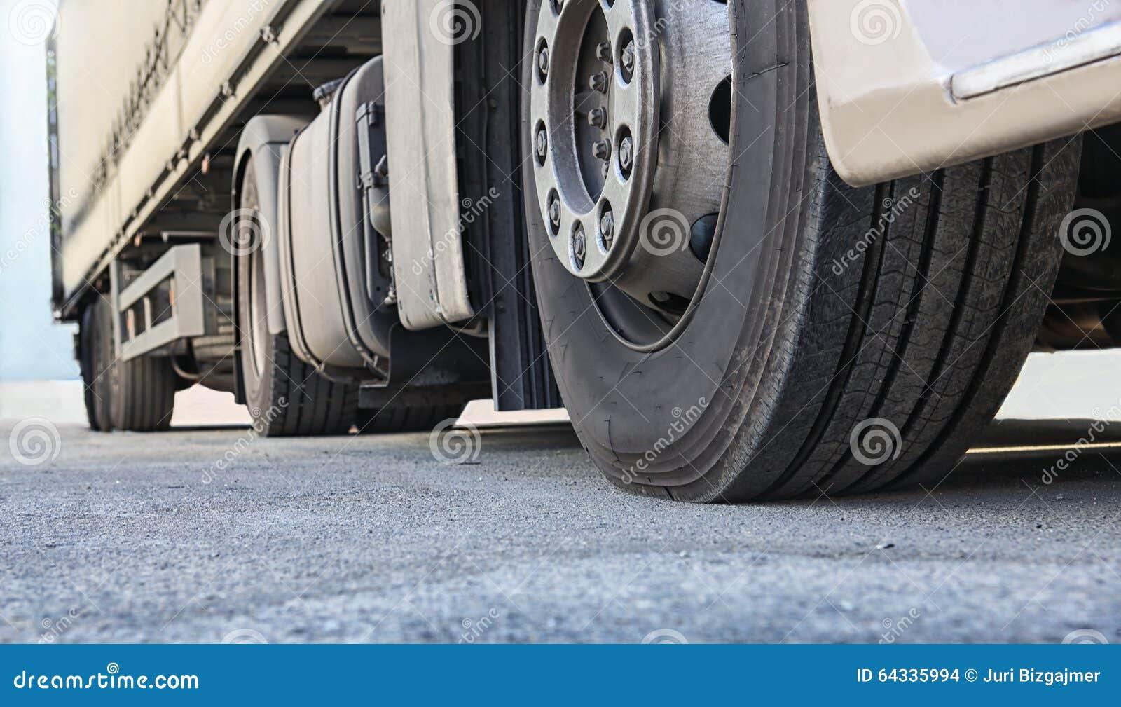 Ciężarówka na drogowym zakończeniu