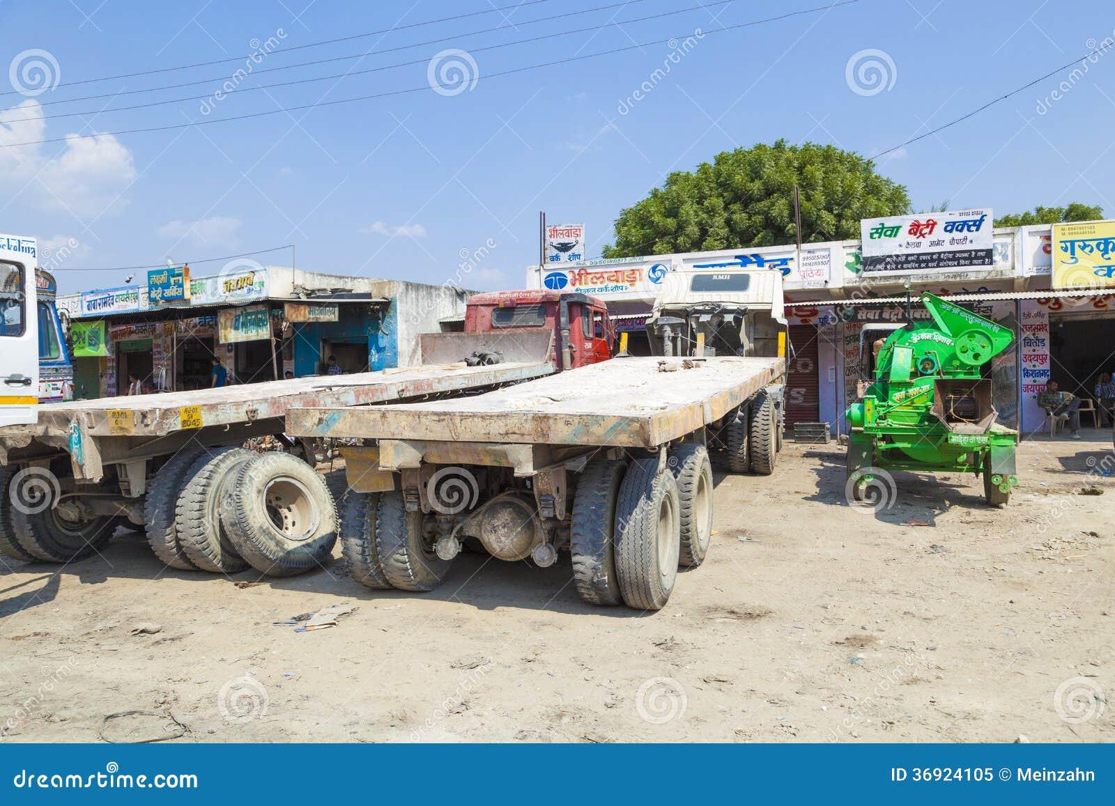Ciężarówka odtransportowywa ogromnych marmurowych kamienie