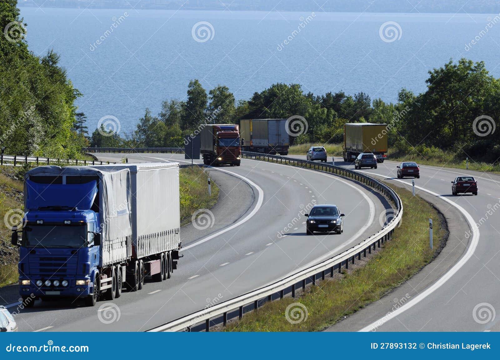 Ciężarówki i ruch drogowy na ruchliwie autostradzie