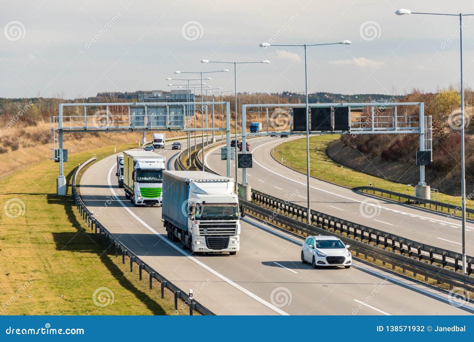 Ciężarówki i samochodu opłaty drogowej przelotna brama na Praga obwodzie, Praga, republika czech