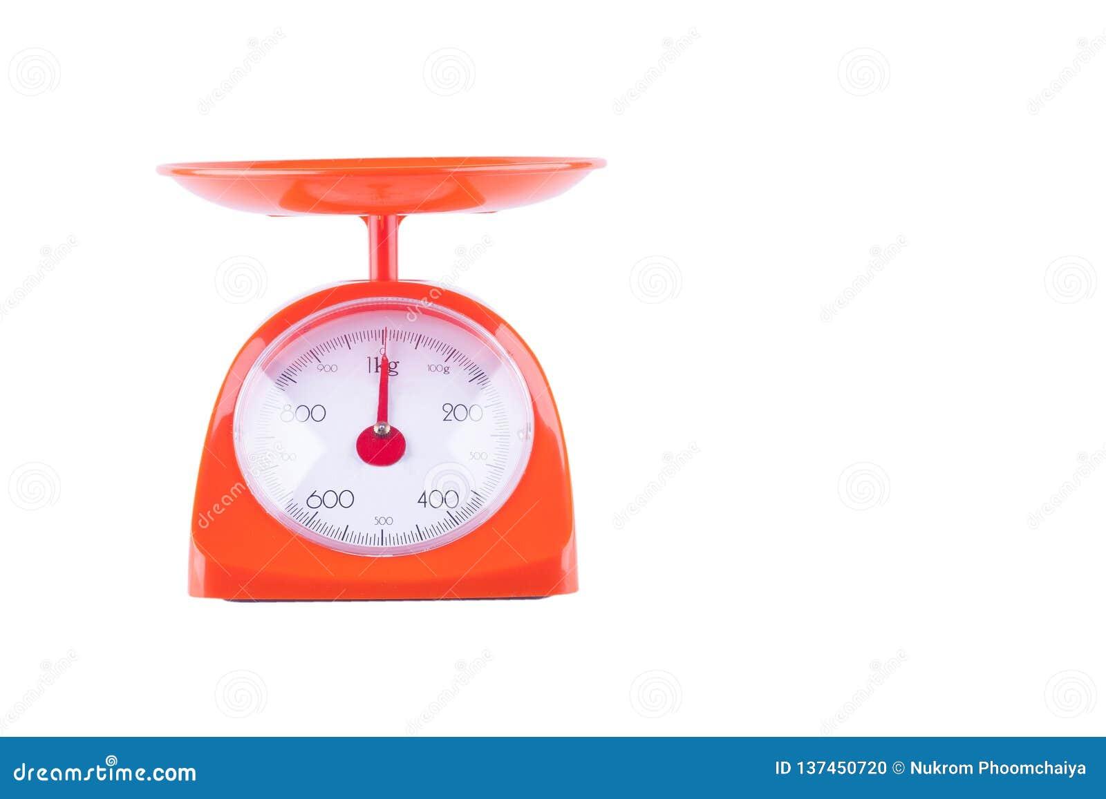Ciężar równowaga waży szalkową karmową maszynę na białego tła wyposażenia kuchennym przedmiocie odizolowywającym