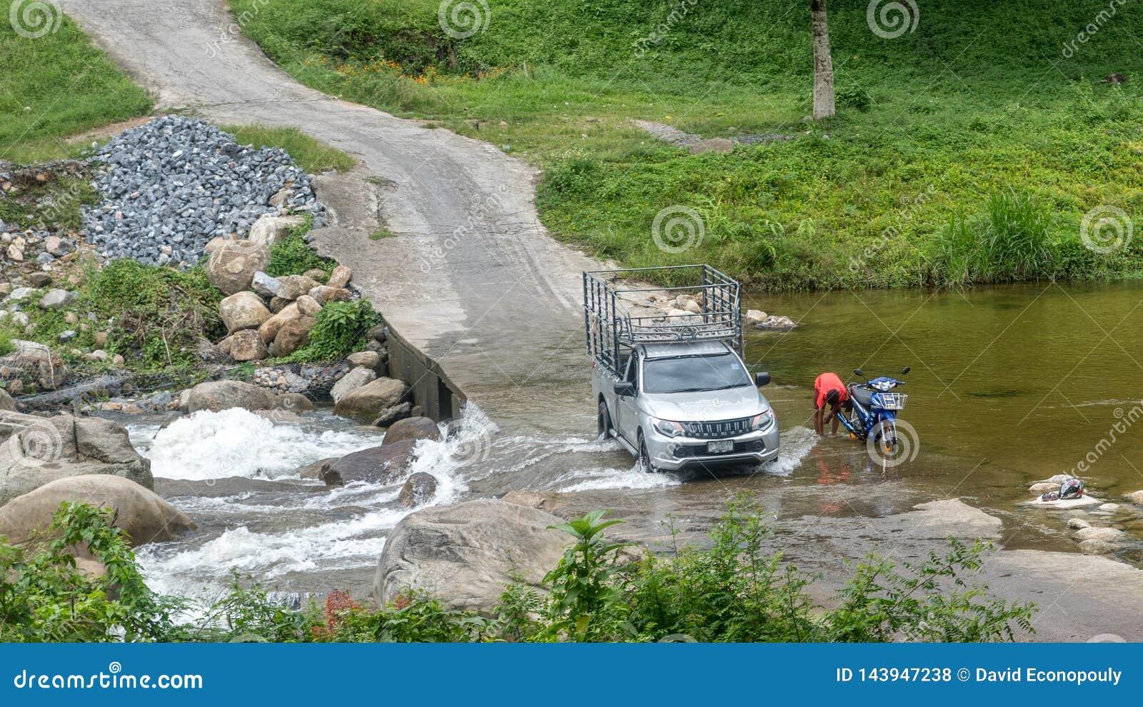 Ciężarowy jeżdżenie przez rzeki w Kiriwong Tajlandia