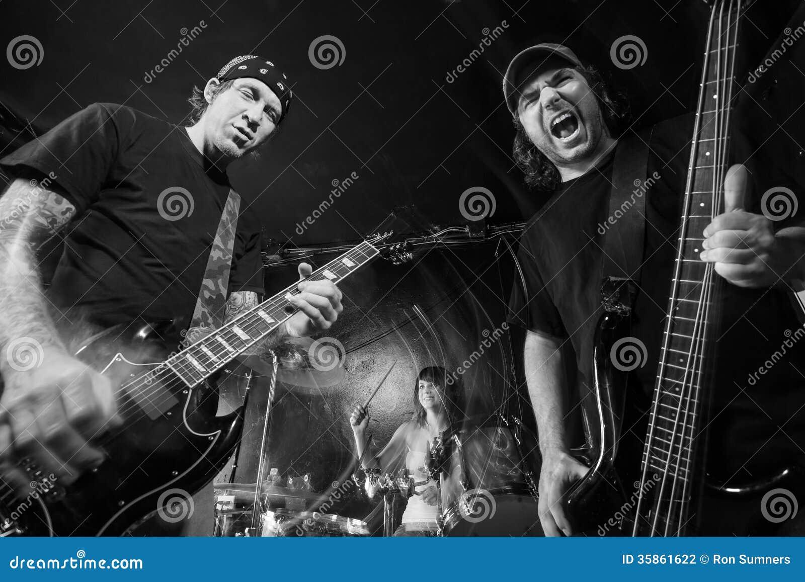 Ciężkiego metalu zespół bawić się głośną muzykę