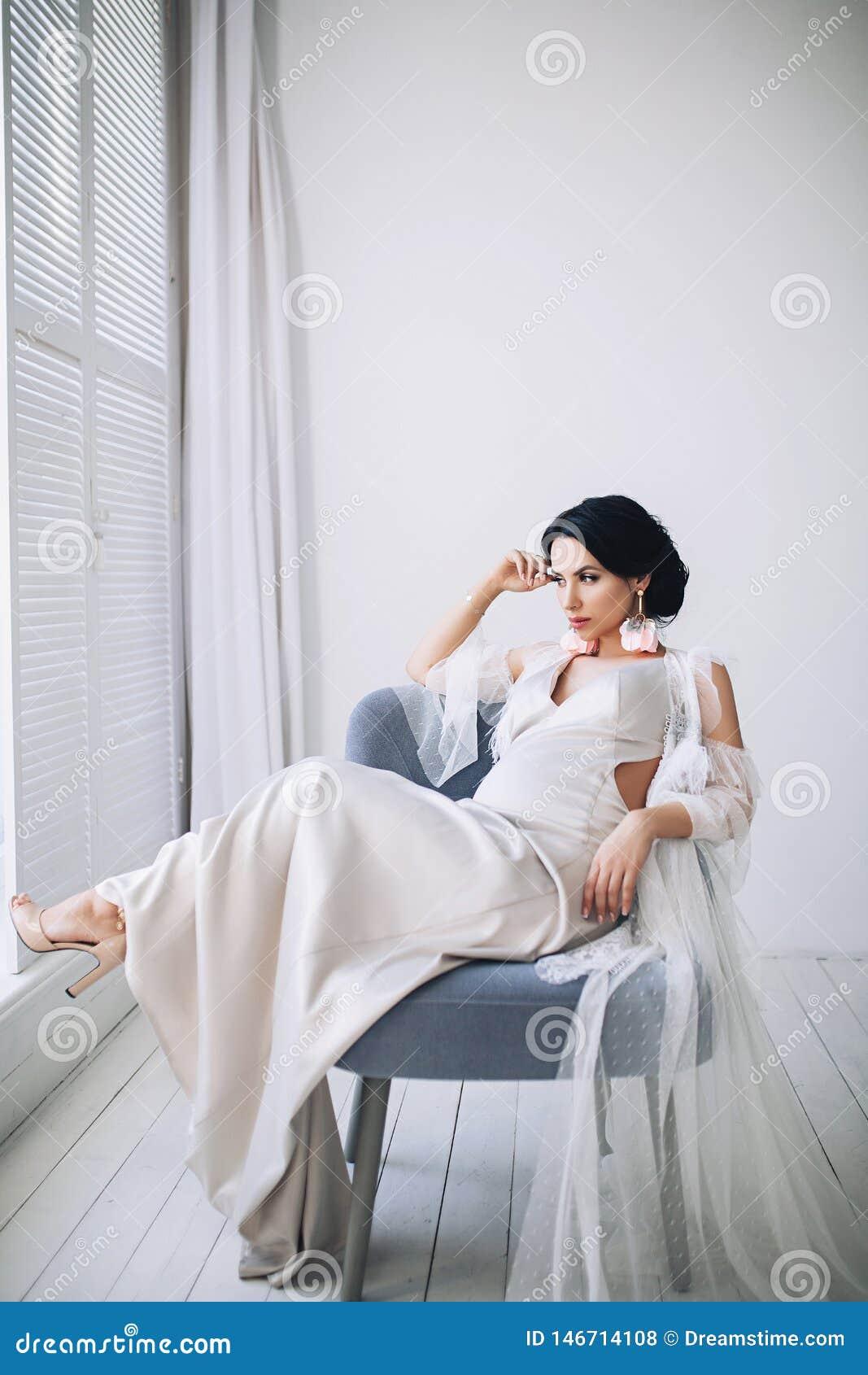 Ci??arna europejska kobieta w bia?ym mieszkaniu, m?oda europejska kobieta czeka? na dziecka, prenant kobieta z czarni w?osy wewn?