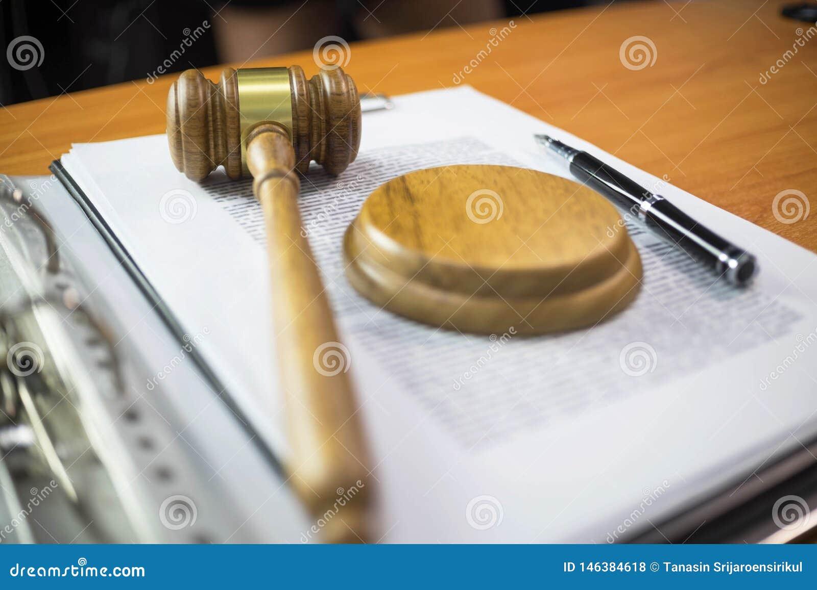 Ci?rrese encima de concepto de la ley del objeto Juzgue el mazo con los abogados y los documentos de la justicia que trabajan en