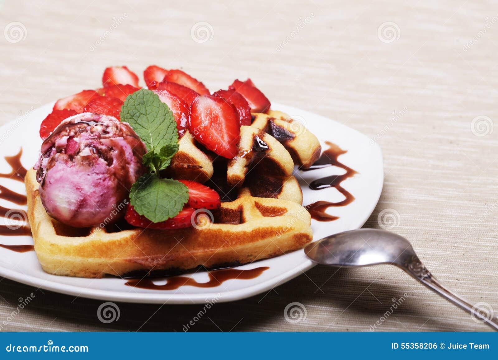 Cialde deliziose con la fragola ed il gelato