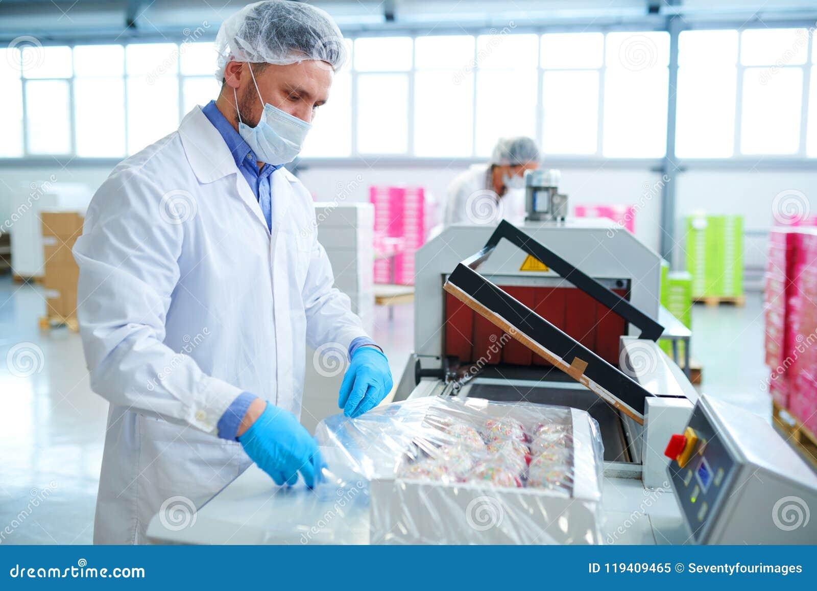 Ciasteczko pracownika opakowania fabryczny pudełko w pakować film