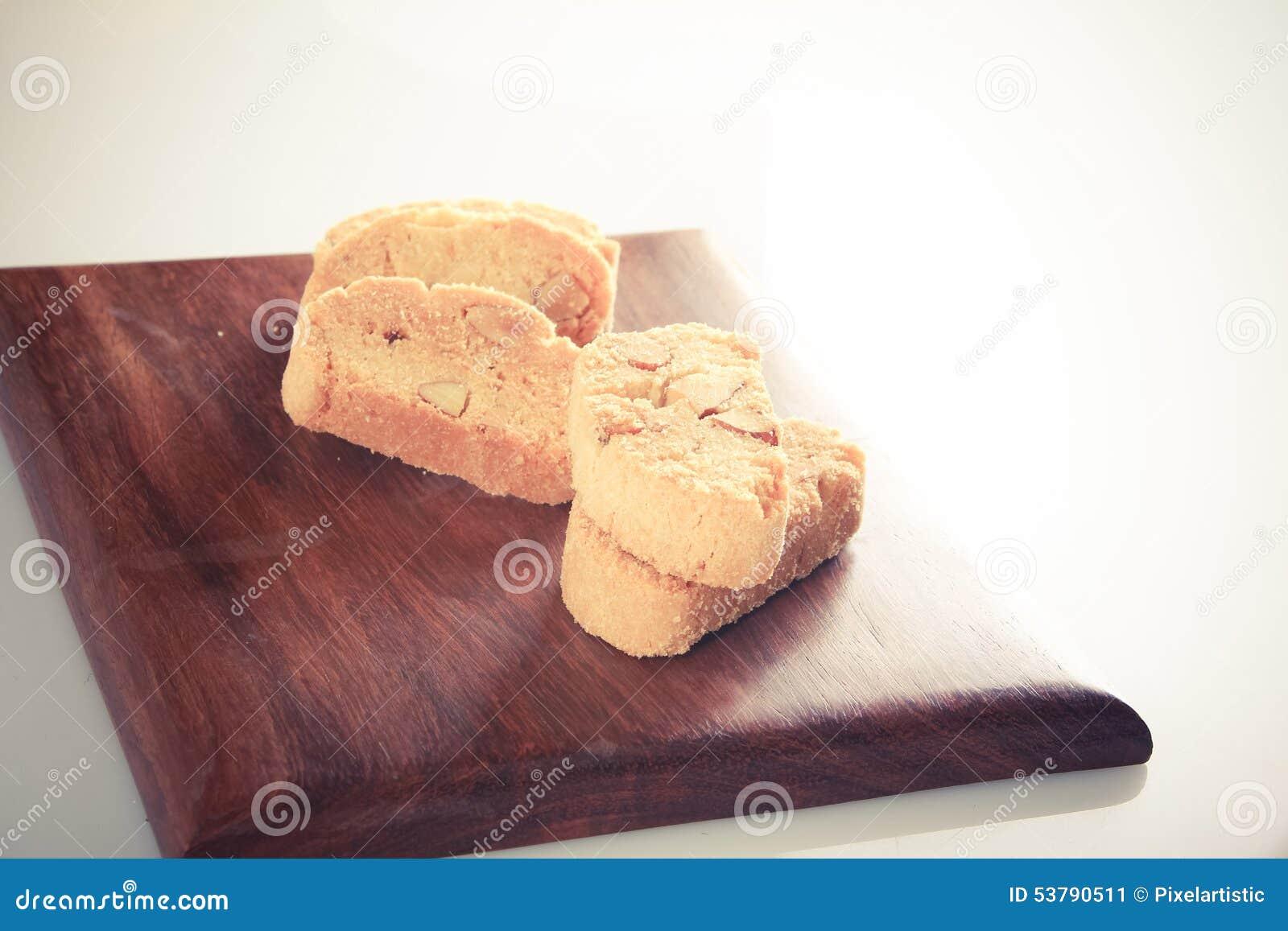 Ciastka ustawiający na drewnianym bloku - retro styl
