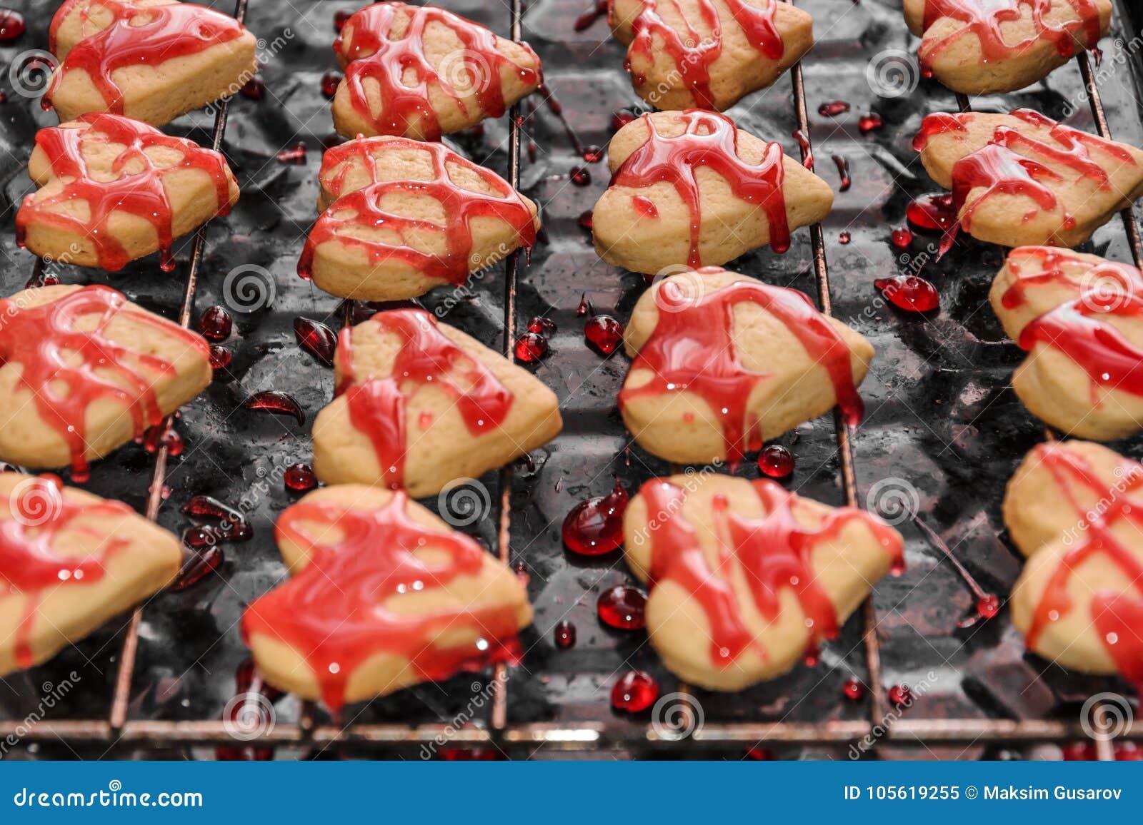 Ciastka w formie serc z czerwonym lodowaceniem