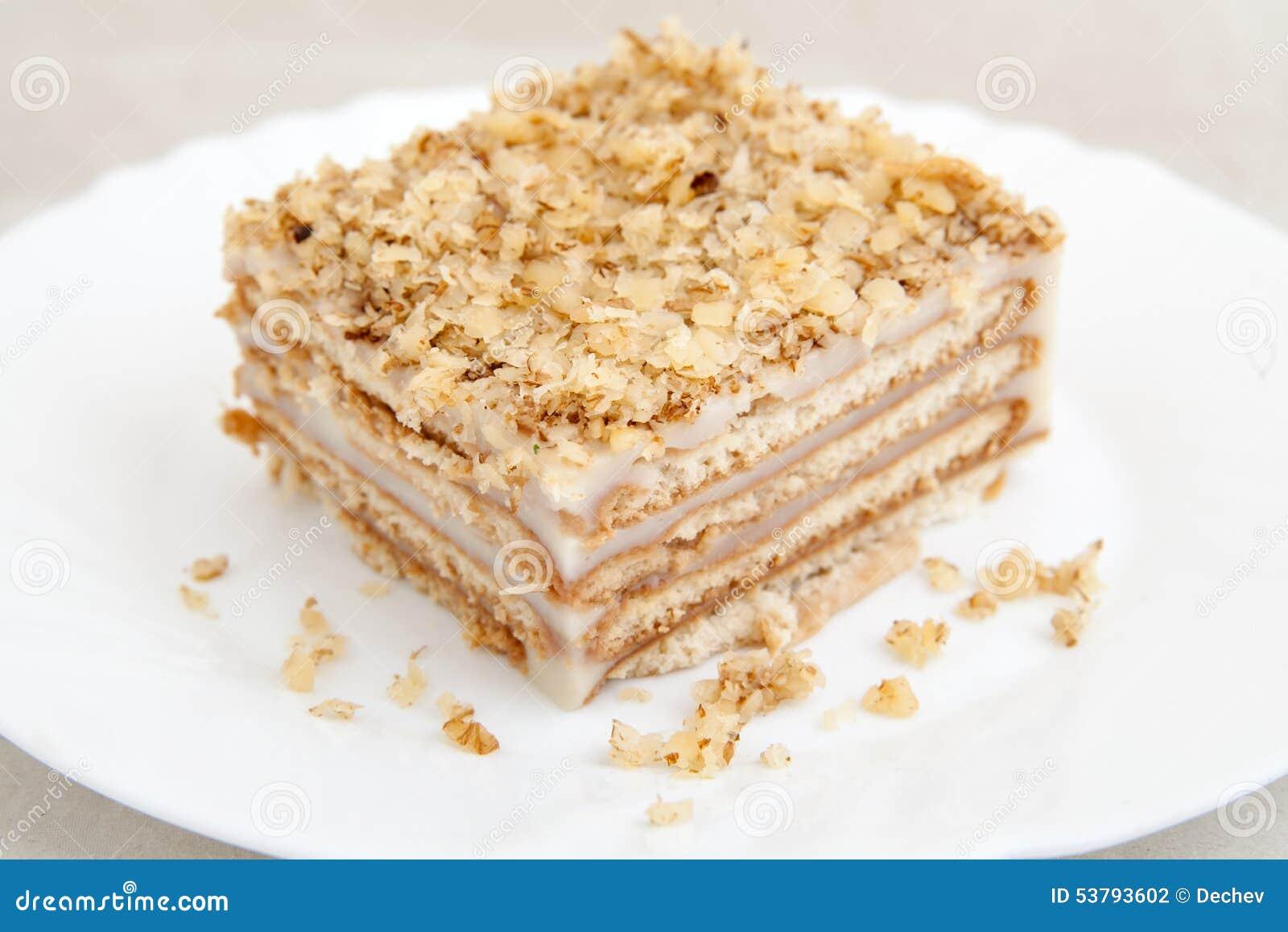 Ciastko tort na bielu talerzu