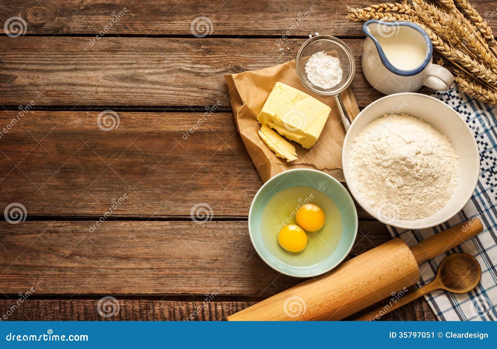 Ciasto przepisu składniki na rocznika wiejskim drewnianym kuchennym stole