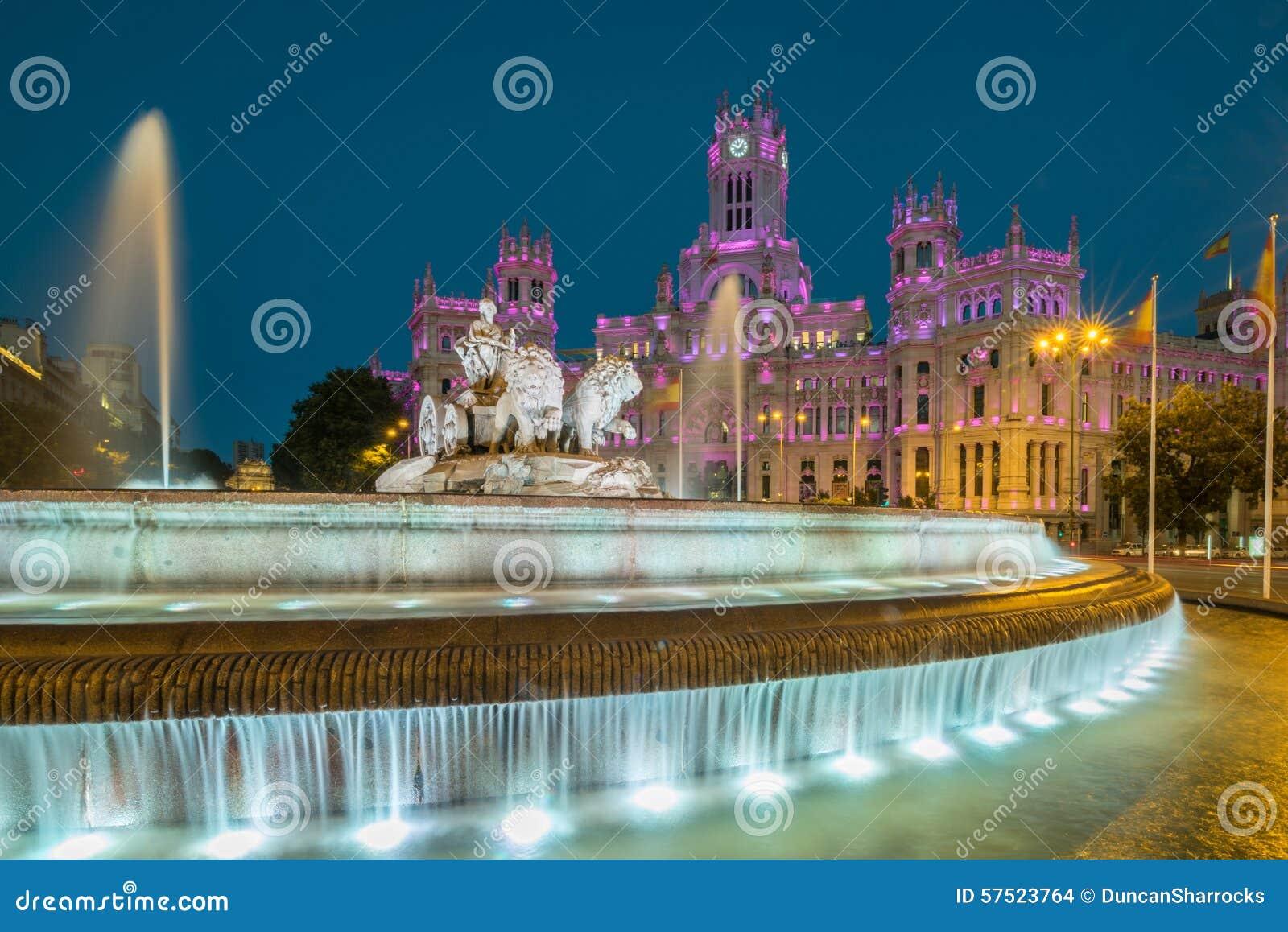 Cibelesfontein en Cybele Palace (vroeger genoemd Paleis van Mededeling), Madrid, Spanje