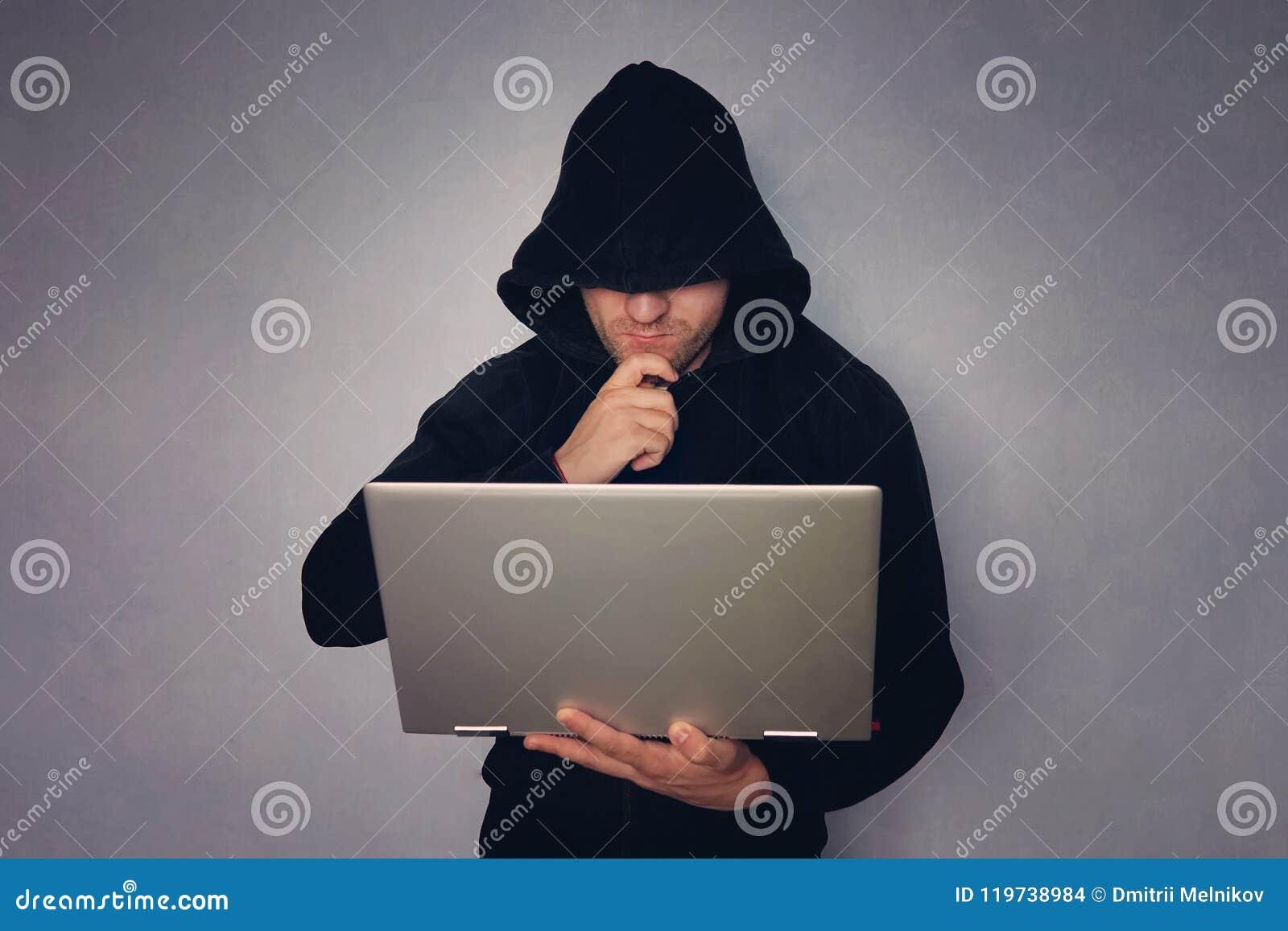 Ciberdelincuencia, el cortar y crimen de la tecnología - pirata informático de sexo masculino en sitio oscuro con el ordenador po
