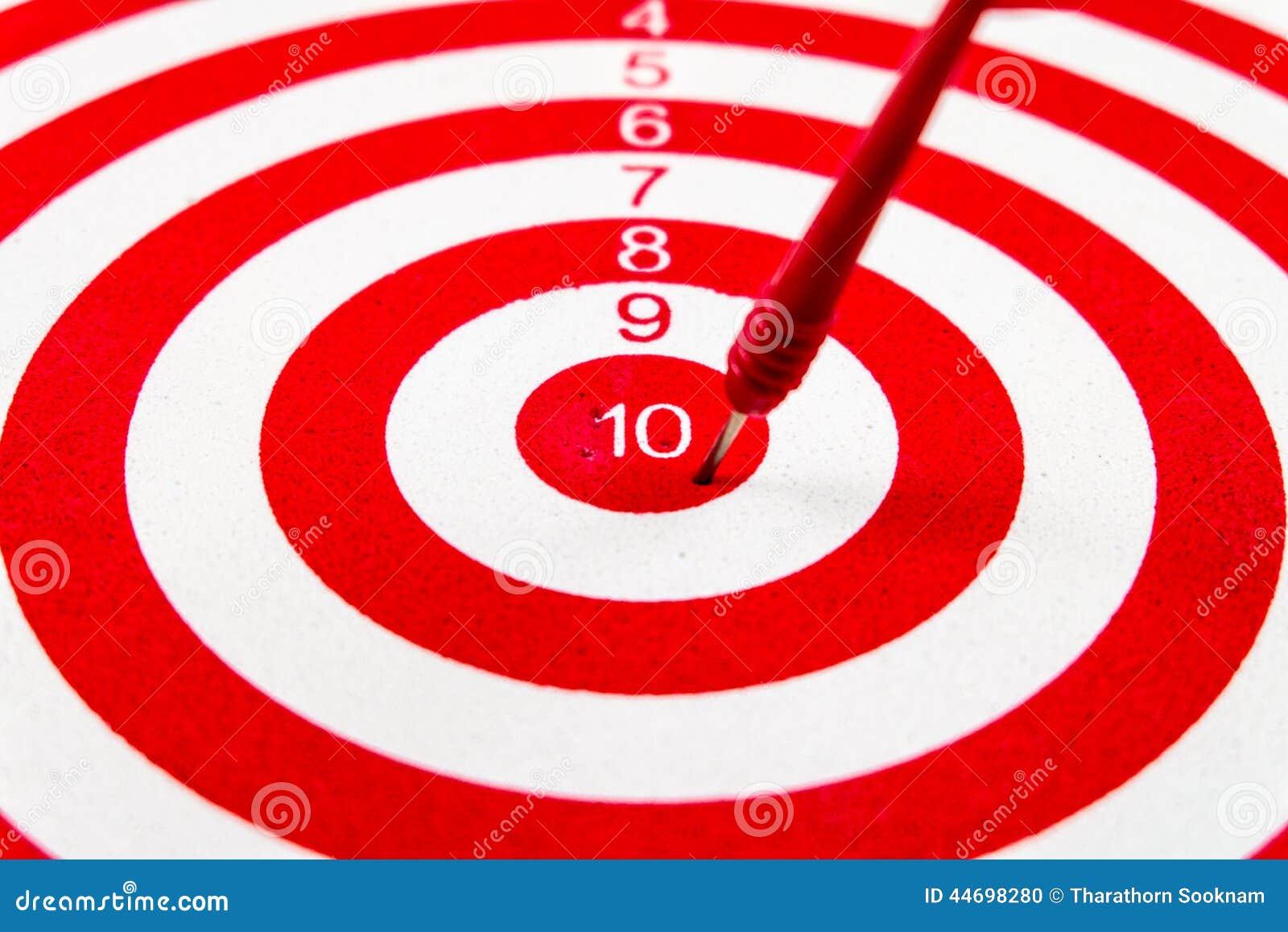 Cible de dard de rouge du numéro 10 avec les flèches rouges