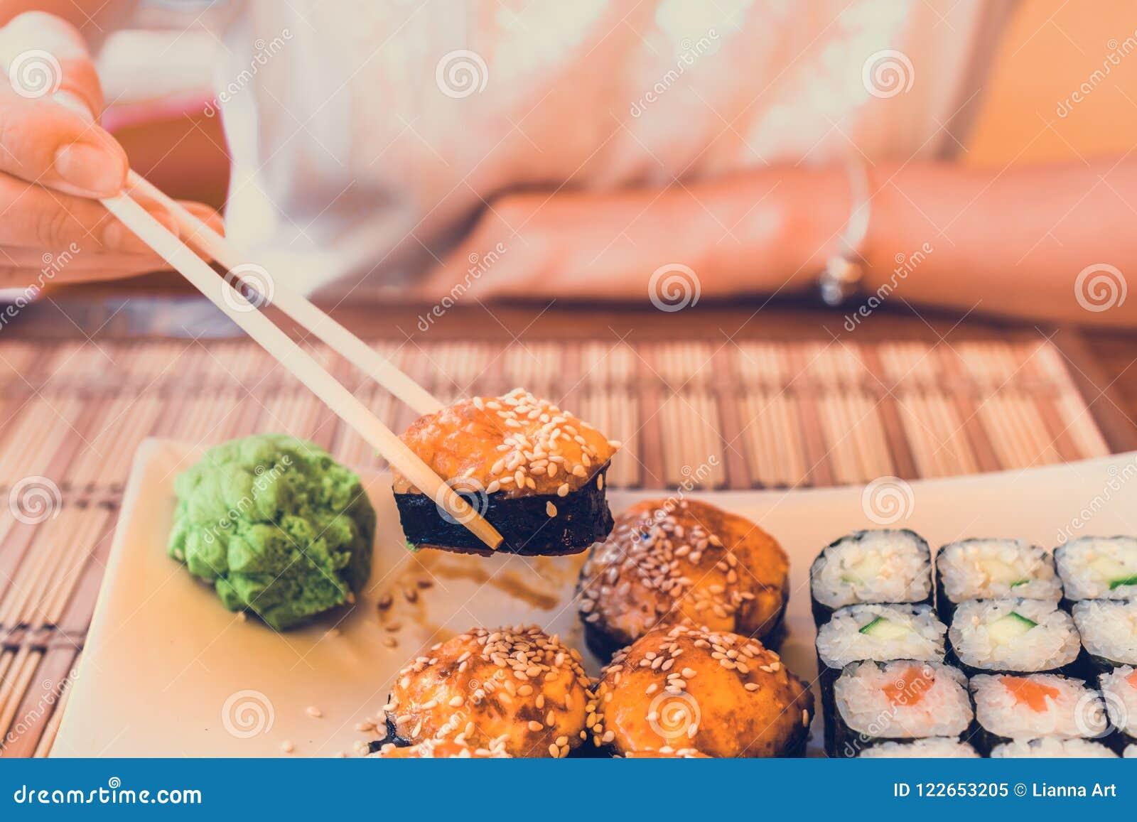 Cibo dei sushi in caffè della via