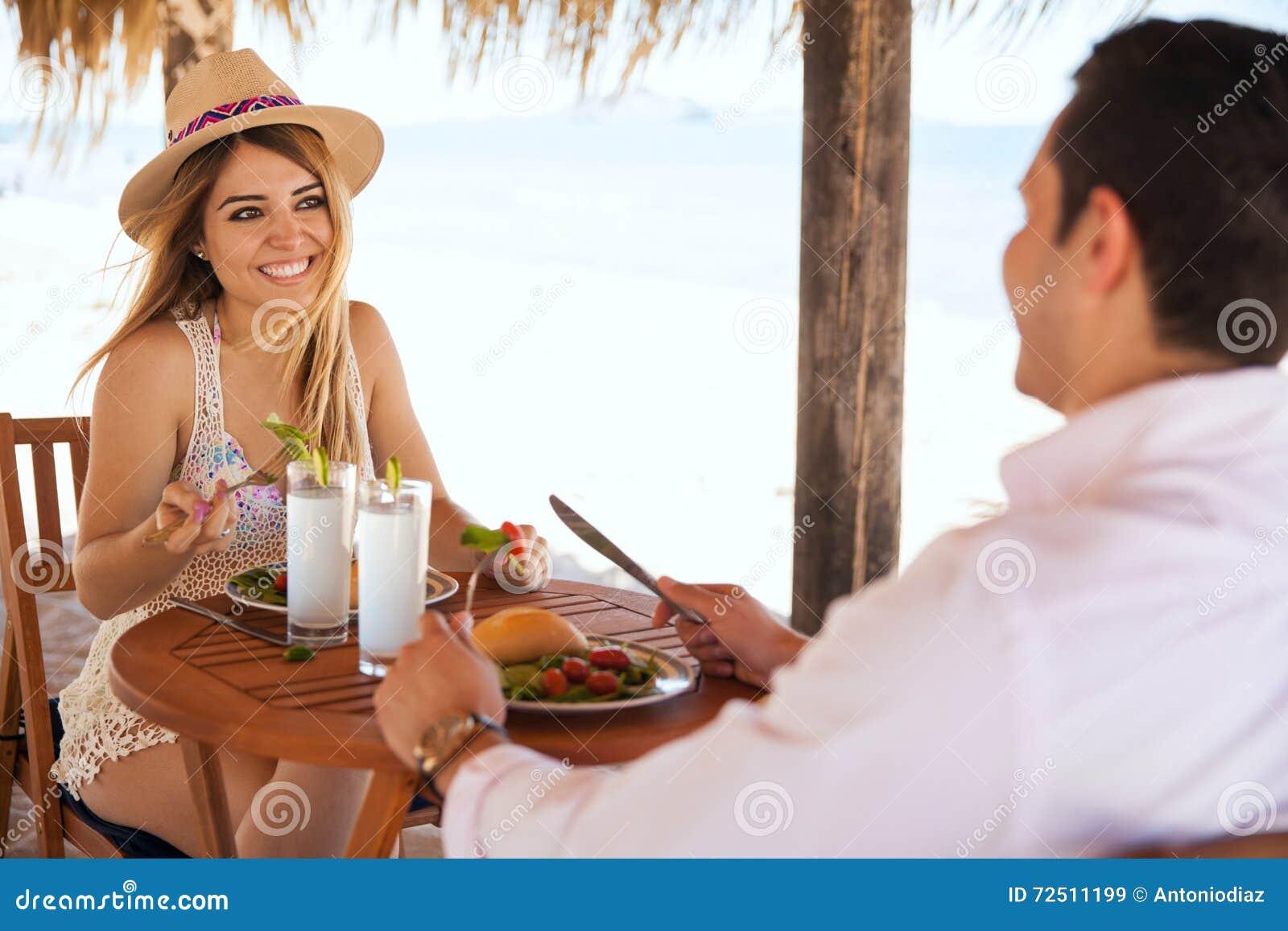 Cibo del pranzo alla spiaggia un giorno soleggiato