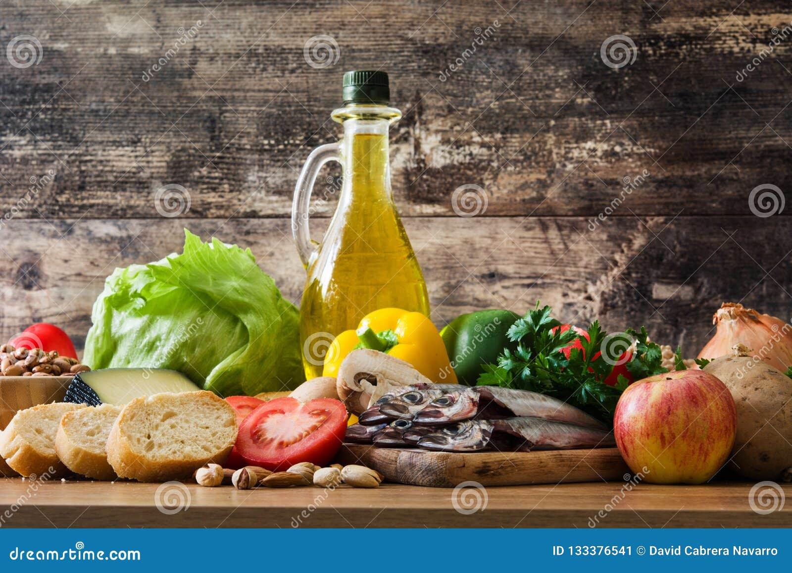 Cibo sano dieta mediterranea Frutta, verdure, grano, olio d oliva matto e pesce