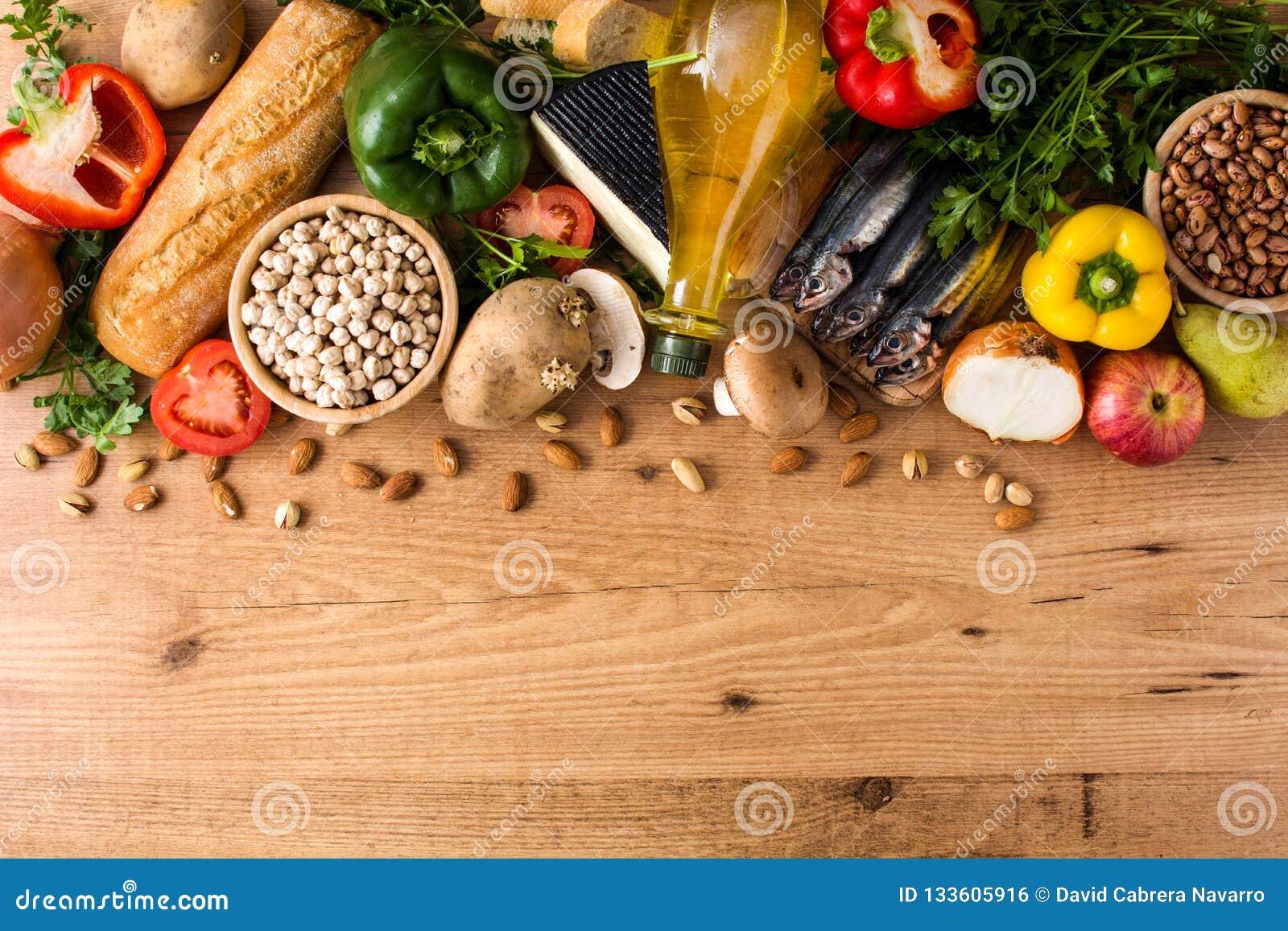 Cibo sano dieta mediterranea Frutta, verdure, grano, olio d oliva matto e pesce su legno
