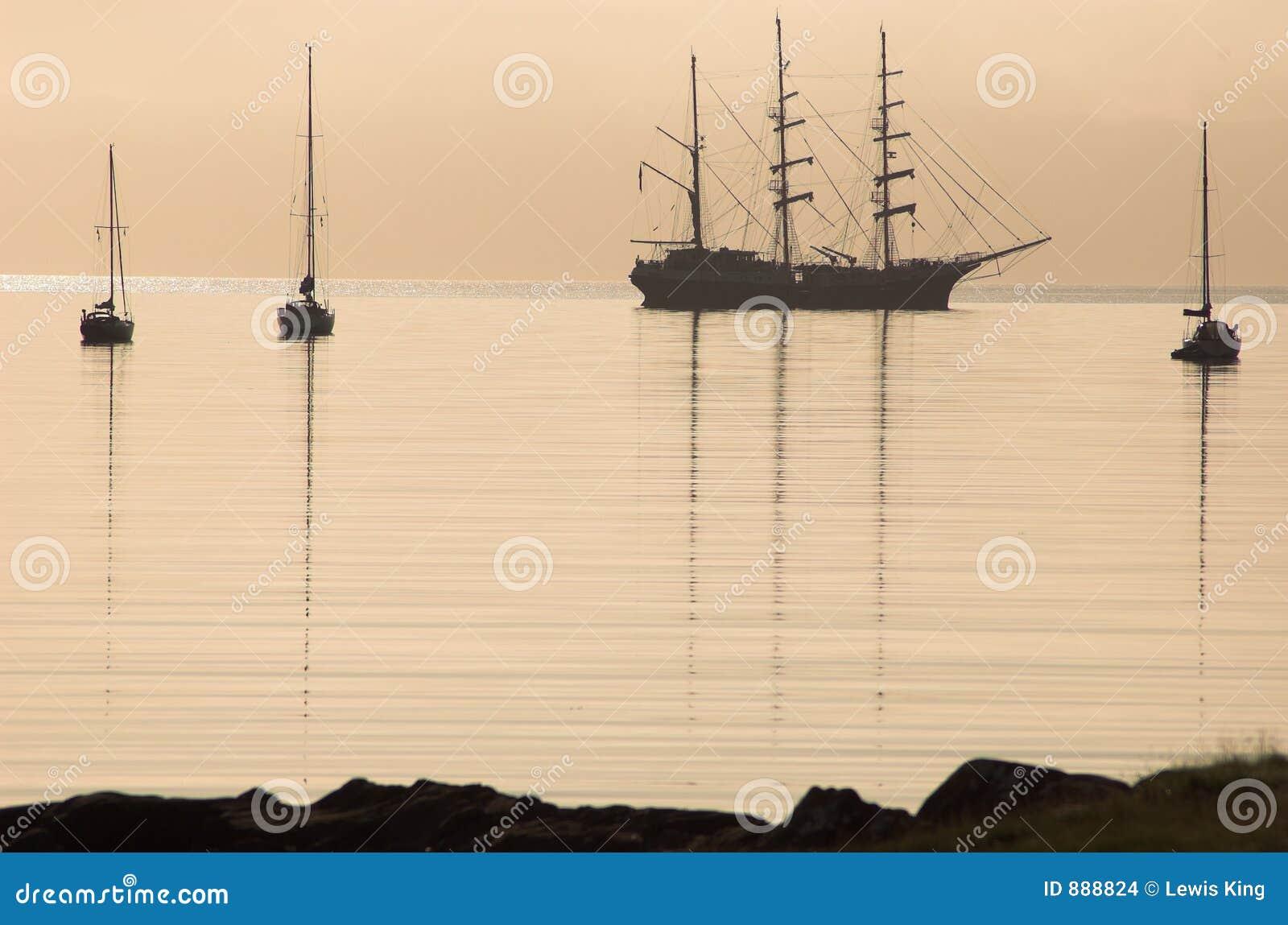 Cicha statek sylwetka dobrej wody