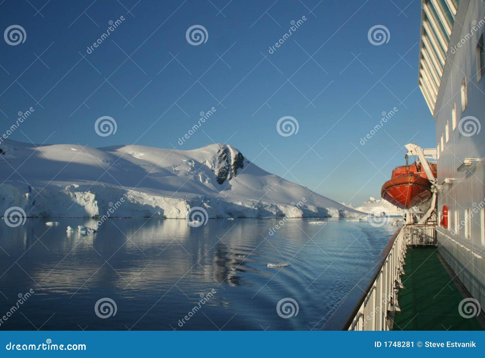 Cicho na rejs łodzią ratunkową dowiedzieć gór ocean odzwierciedla statku