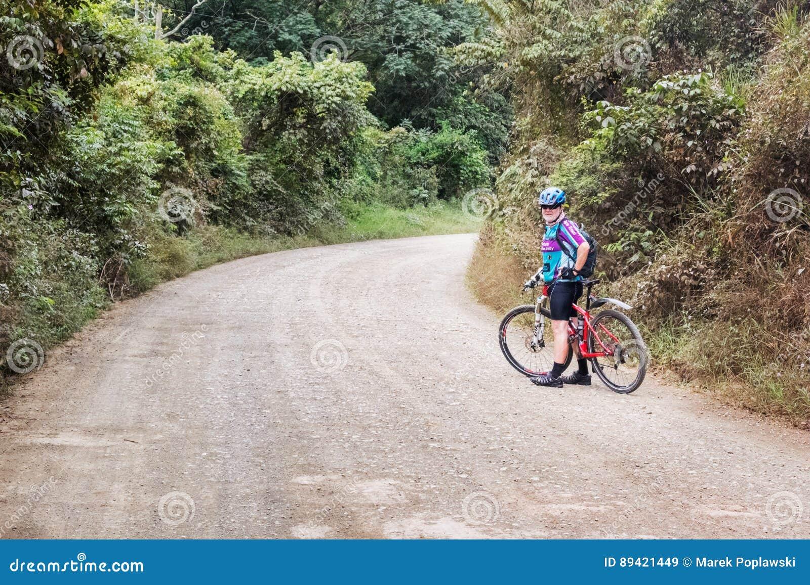 Ciclagem através das montanhas nas Honduras