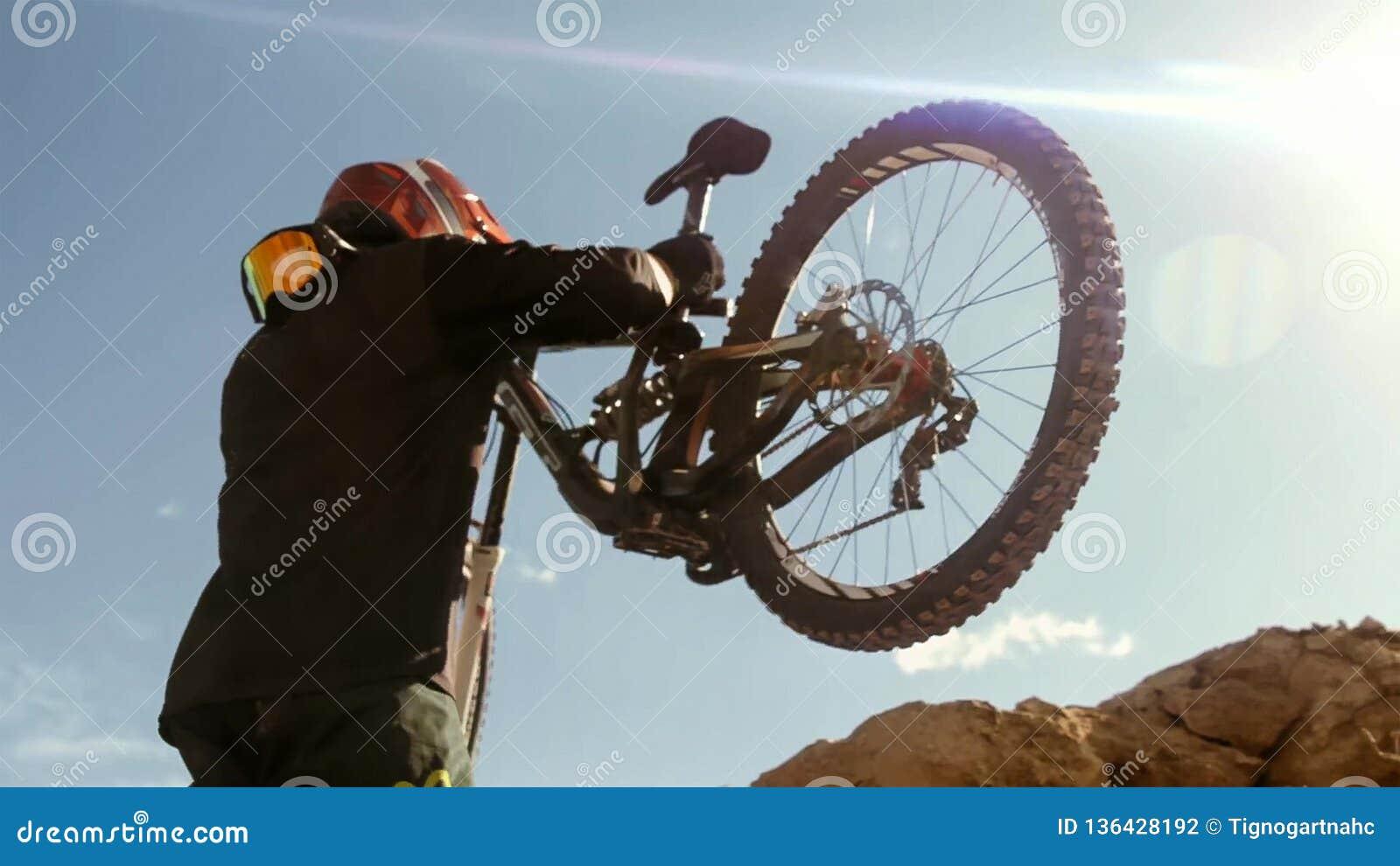 Ciclista che guida una bicicletta downhill Concetto estremo di ciclismo di sport