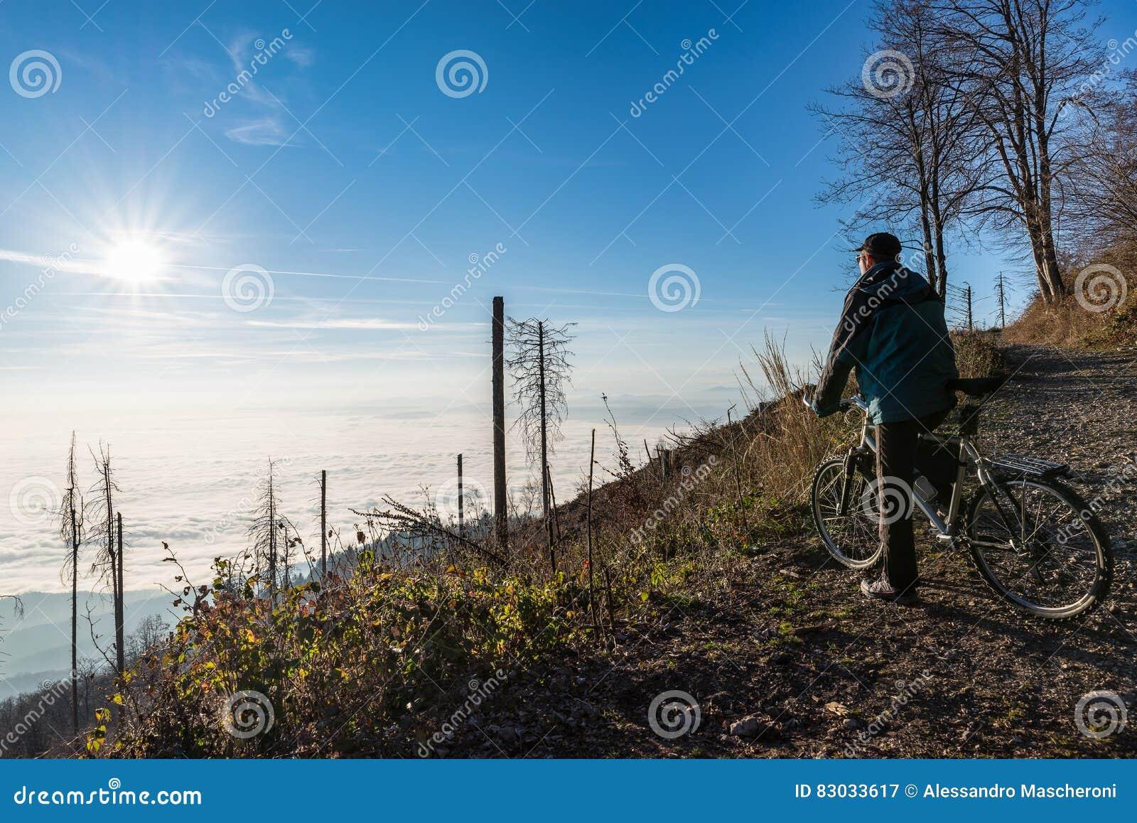 Ciclista con la bici de montaña, dei Fiori Varese, Italia de Campo del parque