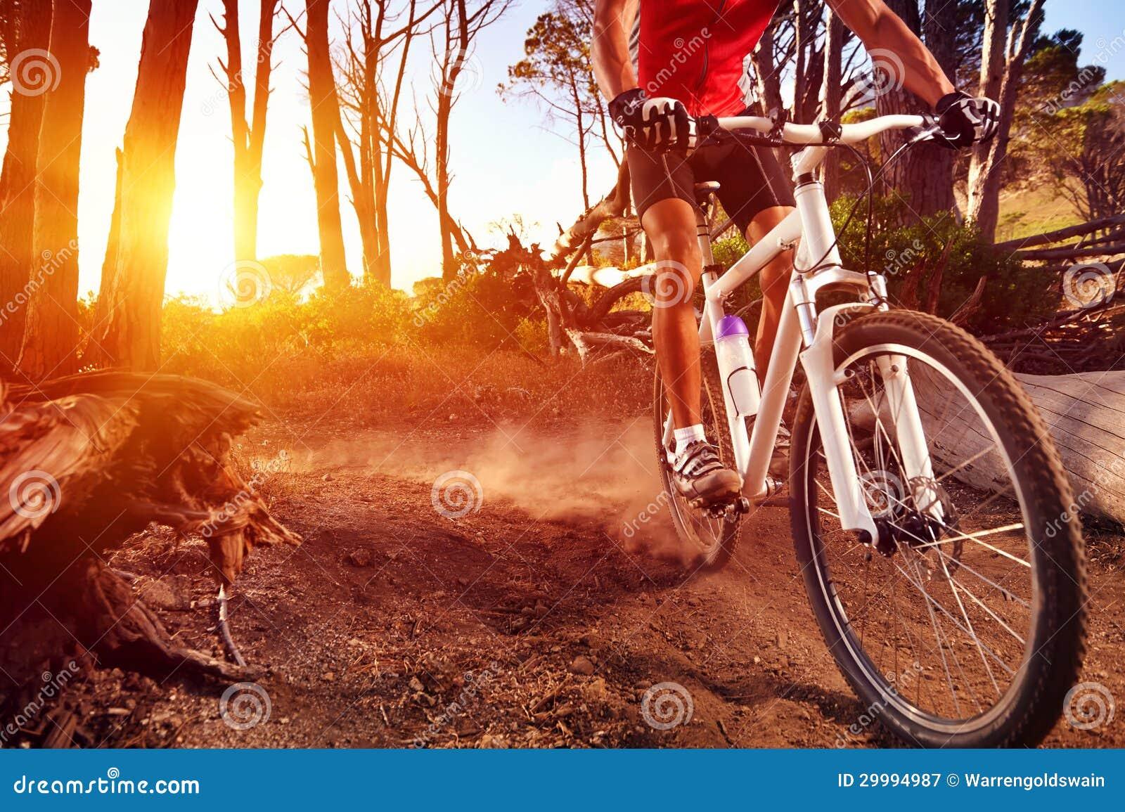 Atleta de la bici de montaña