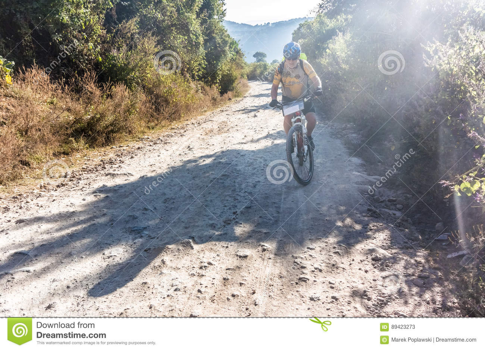 Ciclista em uma estrada de terra em montanhas da Guatemala