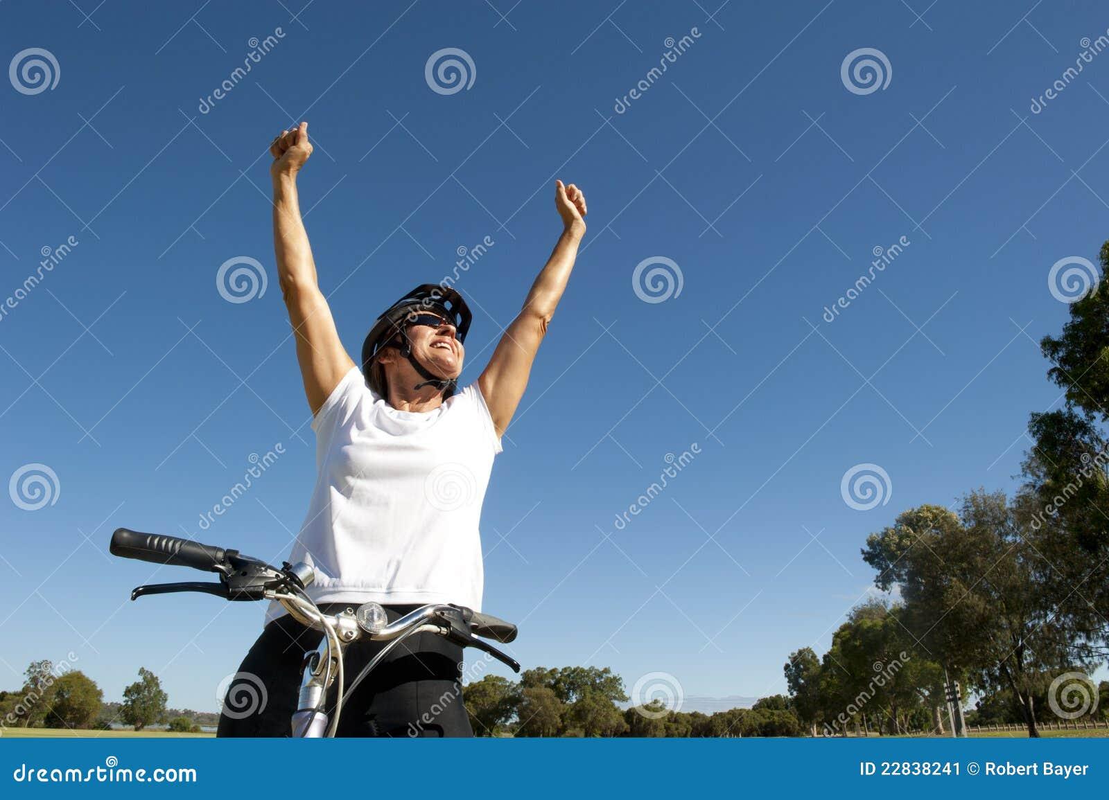 Ciclista femenino sano feliz