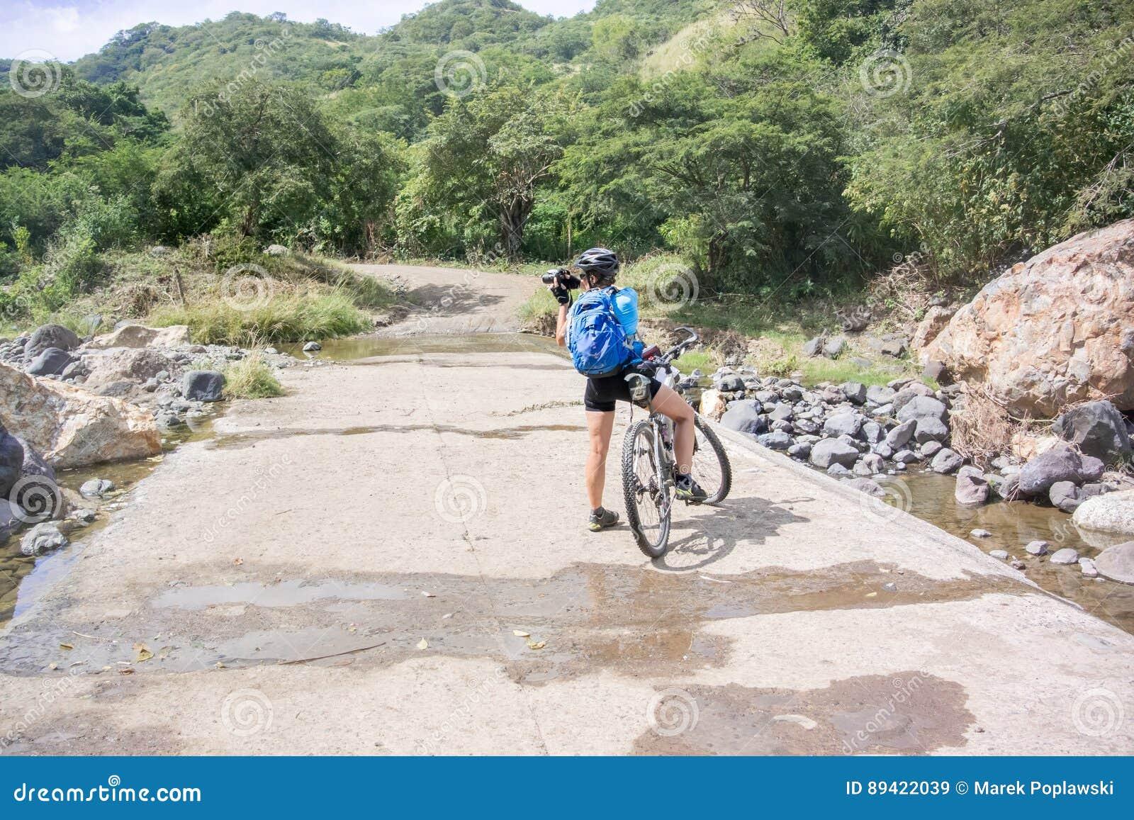 Ciclista na estrada perto de Guangololo nas Honduras