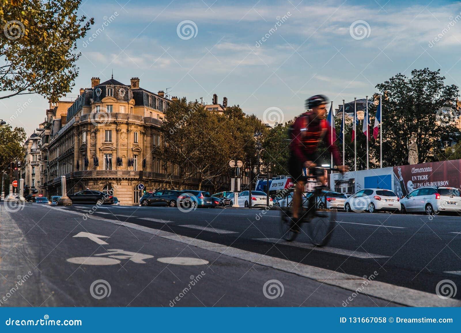 Ciclista nas ruas de Paris